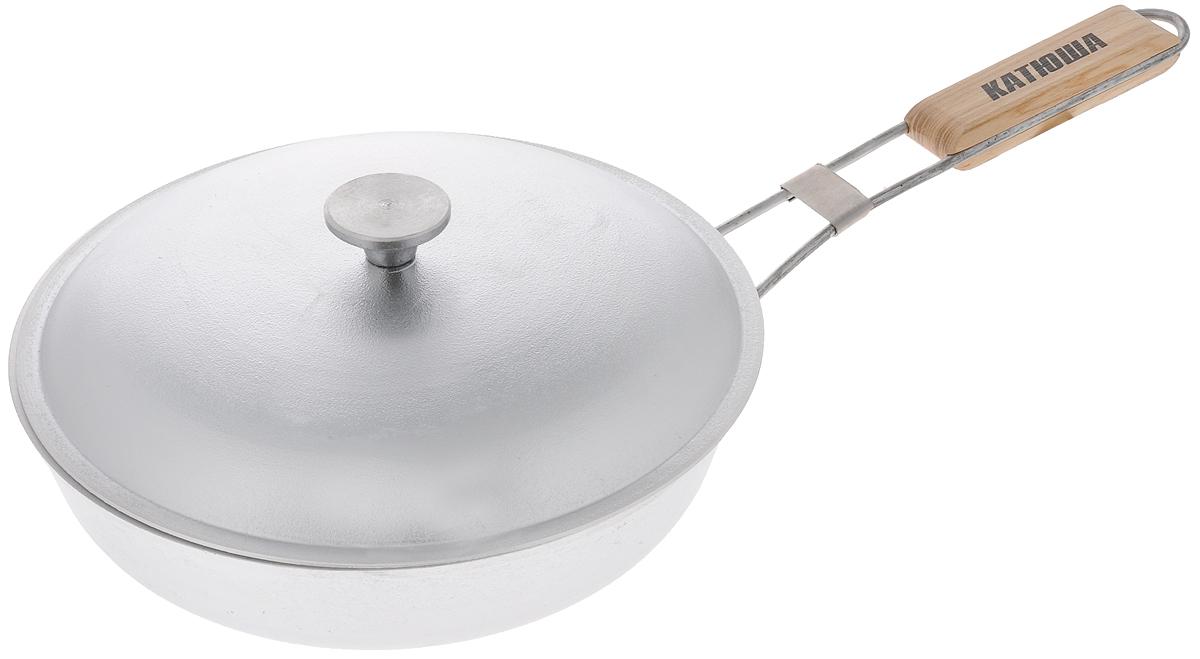 Сковорода Катюша, с откидной ручкой и крышкой. Диаметр 26 смPF2620D/RDСковорода Катюша, выполненная из высококачественного литого алюминия с утолщенным дном, оснащена удобной откидной ручкой с деревянной вставкой и алюминиевой крышкой. Благодаря хорошей теплопроводности алюминия, пища не пригорает и не прилипает к стенкам. Подходит для жарки деликатных продуктов, например, рыбы и овощей. Легко чистится. Данная сковородка отличается долговечностью и легкостью. Подходит для всех видов плит, кроме индукционных. Не рекомендуется мыть в посудомоечной машине. Высота стенки: 6 см. Длина ручки: 25,5 см.