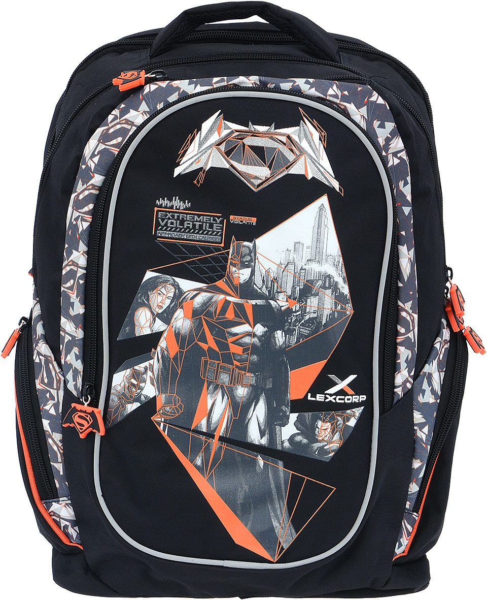 Proff Рюкзак детский Бэтмен против Супермена37460Детский рюкзак Proff Бэтмен против Супермена - это красивый и удобный рюкзак, который подойдет всем, кто хочет разнообразить свои школьные будни. Внешние поверхности и подкладка рюкзака выполнены из полиэстера, уплотнители - из поролона, элементы отделки - из пластика, металла, ПВХ.Рюкзак имеет два основных отделения на застежках-молниях. Внутри одного отделения расположен мягкий карман на липучке для различных гаджетов, во втором отделении нет карманов. На лицевой стороне расположен накладной карман на молнии. Внутри кармана имеется органайзер для канцелярских принадлежностей и лента с карабином для ключей. Между отделением и накладным внешним карманом имеется специальный небольшой кармашек на застежке-молнии, который можно использовать для мобильного телефона. По бокам рюкзака находятся два боковых кармана на молниях.Рюкзак также оснащен удобной ручкой для переноски. Светоотражающие элементы обеспечивают безопасность в местах движения автомобилей и помогут пересечь проезжую часть в сумерки или темное время суток.Широкие лямки можно регулировать по длине.Многофункциональный детский рюкзак станет незаменимым спутником вашего ребенка.