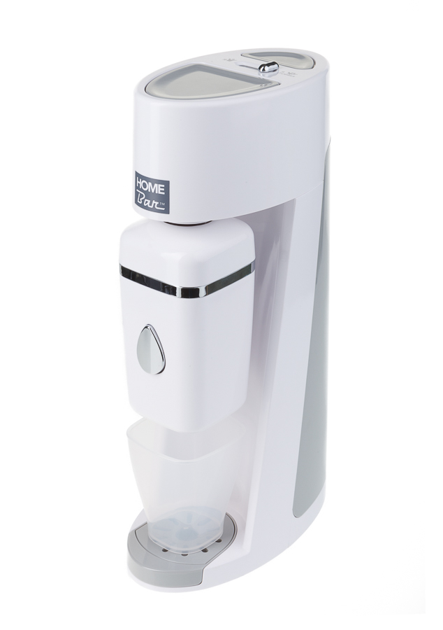 Сифон Home Bar Elixir Evolution, без баллонаElixirEvolution whiteСифон Home Bar Elixir Evolution сможет превратить обычную водопроводную воду в газированную или коктейль. Сифон позволяет газировать воду как для одного человека, так и для целой компании, благодаря наличию стакана объемом 0,4 л и бутылки 1 л.Сифон имеет два предохранительных клапана:- встроенный клапан сбрасывает в случае, если вы нажимали на кнопку газирования слишком долго;- кнопка сброса избыточного давления, на которую следует нажать после газирования воды в бутылке. В противном случае снять бутылку с сифона будет невозможно.При приготовлении воды в контейнере SSU кнопка сброса избыточного давления блокируется. Сброс давления происходит во время слива воды в стакан.Сифон предназначен для газирования чистой охлажденной воды. Рекомендуемая температура воды 50°С. Для приготовления напитка сироп рекомендуется наливать в отдельную емкость. Особенности: - Автоматический сброс давления.- Не требует электроэнергии.- Совместим с баллонами SODASTREAM.- Байонетное соединение для установки баллона.- Состав бутылки не содержит бисфенол A.- Совместимость с 1 л бутылкой. - Съемный поддон для капель.Внимание! Для использования сифона требуется баллон 425 г на 60 литров воды. Приобретается отдельно.
