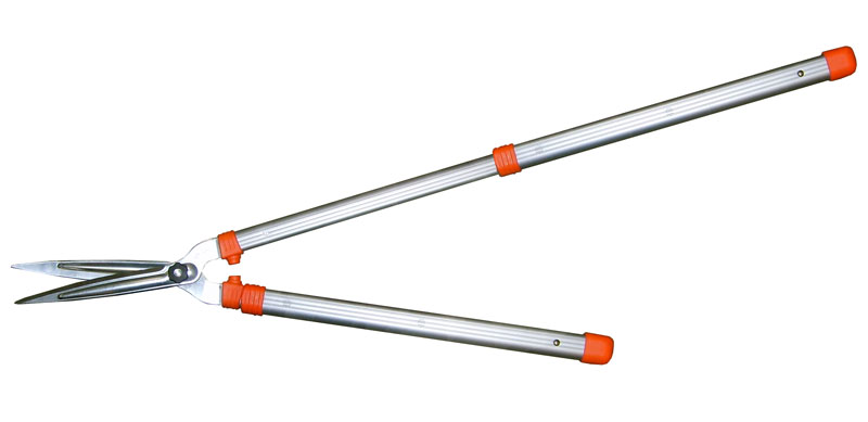 Кусторез Skrab, телескопический, 75-109 см. 2800480653Кусторез садовый с телескопическими ручками.Предназначен для обрезки веток диаметром до 26 мм.Закаленные лезвия изготовлены из высокоуглеродистой быстрорежущей стали SK5. Благодаря этому достигается максимально чистый рез.У кустореза облегченные овальные телескопические ручки из профиля, свободно без задержки и напряжения выдвигаются и складываются, а также легко фиксируется длина ручек.Есть регулировка прижима лезвий.
