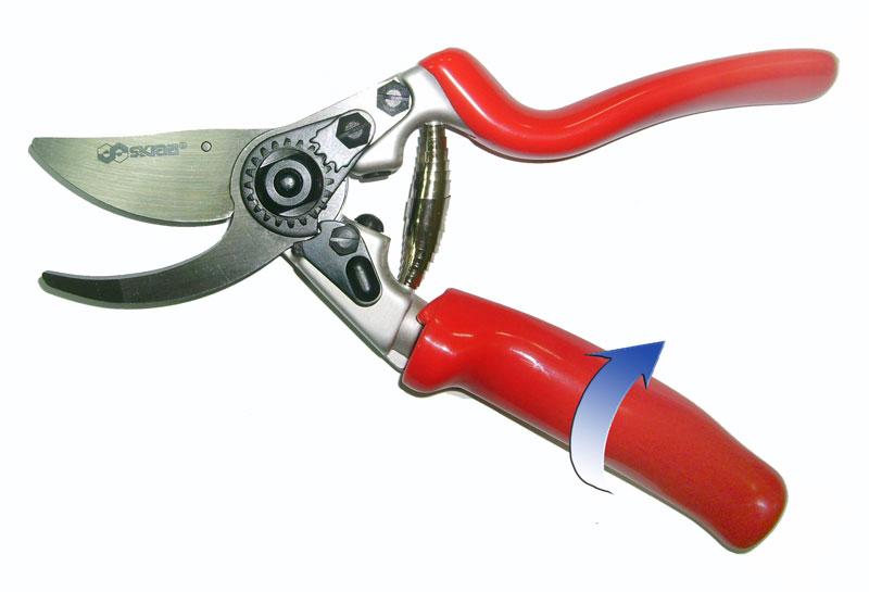 Секатор Skrab, с плавающей ручкой. 28034K100Секатор с вращающейся на 90° рукояткой и плавающим режущим лезвием предназначен для всех приемов подрезки живых растущих ветвей и формирования лозы, кроны фруктовых деревьев и кустов.Из-за особого расположения ножа не деформирует древесину, оставляя ровный срез.Секатор с параллельными лезвиями делает поверхность реза чистой и плоской.Рукоятки удобной формы выполнены из углеродного композитного материала, что позволяет работать в холодное время года.Плавающая (вращающаяся) рукоятка повторяет при работе движение пальцев.Поворотный механизм позволяет предохранять ладонь и пальцы от образования мозолей.Материал режущих лезвий выполнен из высокопрочной марки стали SK5, не поддающейся коррозии и в течение длительного времени не требующей заточки при правильной эксплуатации.