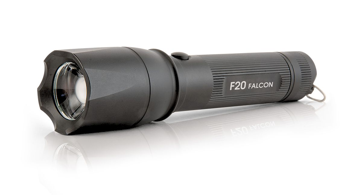 Фонарь ручной Яркий Луч Falcon. F20KOC2028LEDУниверсальный фонарь с изменяемой фокусировкой, способный эффективно решать широкий спектр задач как на ближней, так и на дальней дистанции.- Качественный фокусируемый свет, без туннельного эффекта- Новейший светодиод Cree XP-L HI- Нейтральный свет, приближенный к солнечному- Дальность до 322 метров по стандарту ANSI- Максимальный световой поток 800 люмен- Три режима яркости: 100%, 30%, 5%- Программируемый порядок режимов- Удобная боковая кнопка включения и переключения режимов- Встроенное зарядное устройство- В комплекте Li-Ion аккумулятор 18650 увеличенной емкостиСистема регулировки фокуса на основе подвижной TIR-оптики в сочетании со светодиодом Cree XP-L HI позволяет получить как широкий ближний, так и узкий дальний свет. Без характерного для линзовых фонарей туннельного эффекта и дополнительных оптических потерь при фокусировке.Новейший светодиод Cree XP-L HI обеспечивает не только высокую мощность, но и повышенную дальнобойность в сфокусированном состоянии, 322 метра по стандарту ANSI. Нейтральный оттенок светодиода, приближенный к естественному солнечному свету (4000-4200К), дает качественное и насыщенное изображение.Световой поток фонаря достигает 800 ANSI-люменов. Для защиты от перегрева и увеличения времени работы через 6 минут происходит снижение светового потока до стабилизированных 500 люменов. Для обеспечения работы на высокой мощности светодиод установлен на медную звезду с прямым отводом тепла.Три режима яркости позволяют подобрать необходимую освещенность и время работы фонаря. Режимы яркости реализованы без низкочастотного ШИМ-мерцания, что облегчает работу в сложных погодных условиях и меньше утомляет глаза. Порядок режимов в фонаре программируется, с возможностью выбрать стартовым любой из режимов. Удобная боковая кнопка дает возможность не только быстро выбрать необходимый режим яркости или изменить настройки фонаря, но и подавать сигналы неполными нажатиями без фиксации. Встроенное зарядное устройств