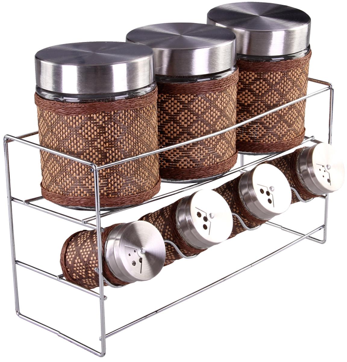 Набор банок для сыпучих продуктов и специй Patricia, с подставкой, 8 предметов. IM99-3922VT-1520(SR)Набор Patricia состоит из 4 банок для специй и 3 для сыпучих продуктов. Банки выполнены из высококачественного стекла и декорированы оригинальной вставкой. Крышки, выполненные из металла, плотно закрываются и предотвращают высыпание специй. Имеются регулируемые отверстия, с помощью которых можно обильно или слегка приправить блюдо. Баночки идеально подойдут для соли, перца и других специй. Изделия размещаются на специальной подставке. Оригинальный набор эффектно украсит интерьер кухни, а также станет незаменимым помощником в приготовлении ваших любимых блюд. С таким набором специи надолго сохранят свежесть, аромат и пряный вкус. Не рекомендуется мыть в посудомоечной машине и использовать в микроволновой печи. Высота баночек (с учетом крышек): 8,5 см, 12,5 см. Диаметр баночек: 3,5 см, 8 см. Размер подставки: 32 х 11 х 17 см.