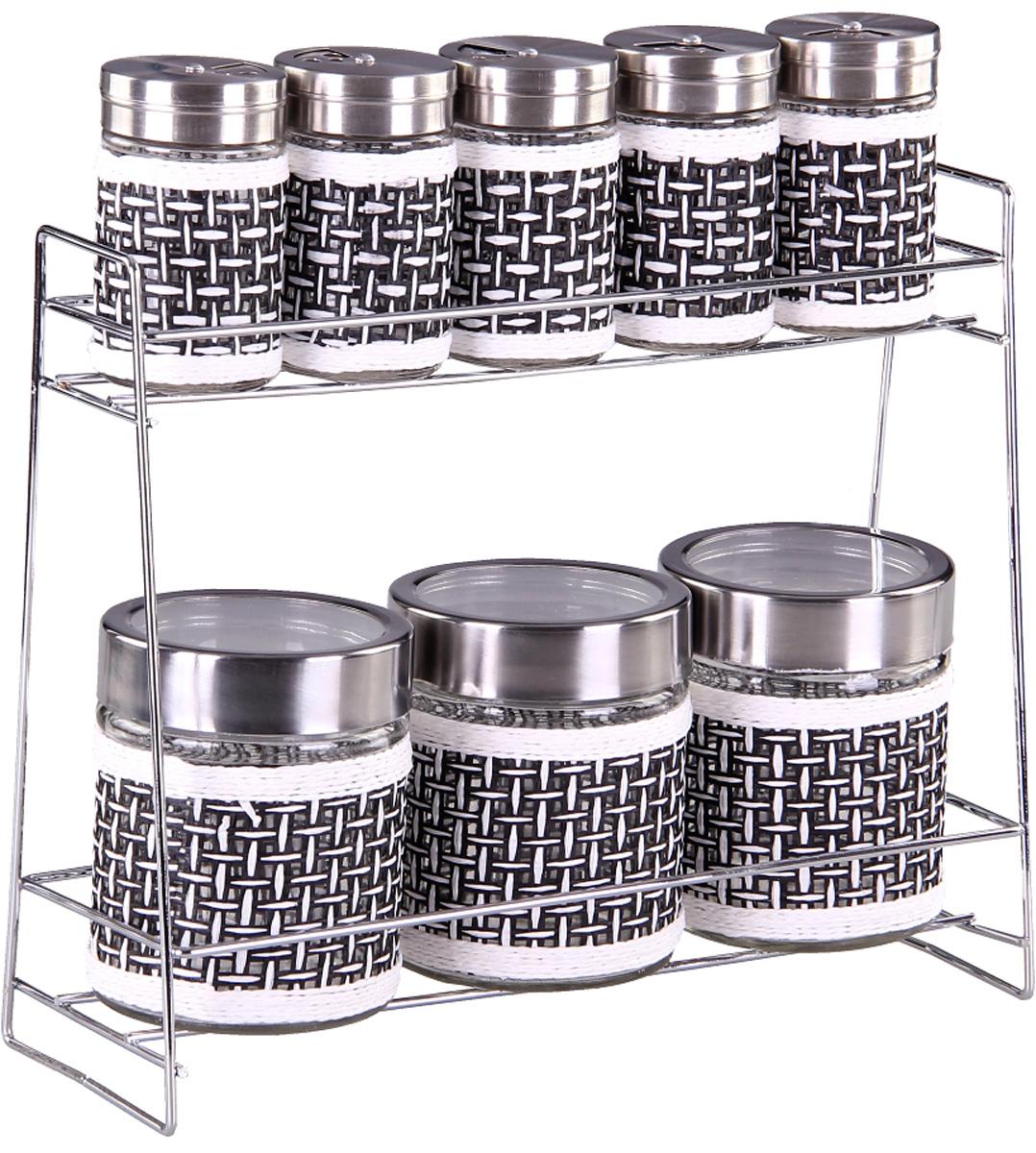 Набор банок для сыпучих продуктов и специй Patricia, с подставкой, 9 предметов. IM99-3926VT-1520(SR)Набор Patricia состоит из 5 банок для специй и 3 для сыпучих продуктов. Банки выполнены из высококачественного стекла и декорированы оригинальной вставкой. Крышки, выполненные из металла, плотно закрываются и предотвращают высыпание специй. Имеются регулируемые отверстия, с помощью которых можно обильно или слегка приправить блюдо. Баночки идеально подойдут для соли, перца и других специй. Изделия размещаются на специальной подставке. Оригинальный набор эффектно украсит интерьер кухни, а также станет незаменимым помощником в приготовлении ваших любимых блюд. С таким набором специи надолго сохранят свежесть, аромат и пряный вкус. Не рекомендуется мыть в посудомоечной машине и использовать в микроволновой печи. Высота баночек (с учетом крышек): 8,5 см, 10,5 см. Диаметр баночек: 3,5 см, 7 см. Размер подставки: 28 х 10 х 23 см.