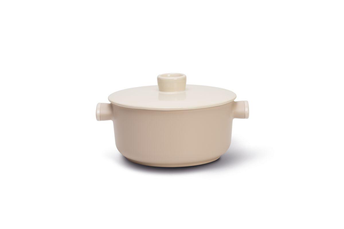 Кастрюля TVS Tea с крышкой, с антипригарным покрытием, 4,9 л20888240010001Кастрюля TVS Tea выполнена из толстого алюминия, что гарантирует наилучшую теплопроводность. Высококачественное 4-слойное антипригарное покрытие Toptek особо устойчиво к царапинам и истиранию, оно предотвращает пригорание пищи и обеспечивает легкую чистку.Изделие не содержит вредной примеси PFOA, кадмия и свинца, отличается экологичностью, абсолютно безопасно для здоровья человека. Ручки с бакелитовыми вставками обеспечивают надежный хват. Кастрюля снабжена керамической крышкой с глянцевым глазурованным покрытием и ручкой с выемкой. Изделие подходит для газовых, стеклокерамических, электрических плит. Не рекомендуется мыть в посудомоечной машине. Можно ставить в духовку при температуре до 150°С. Ширина (с учетом ручек): 31 см.