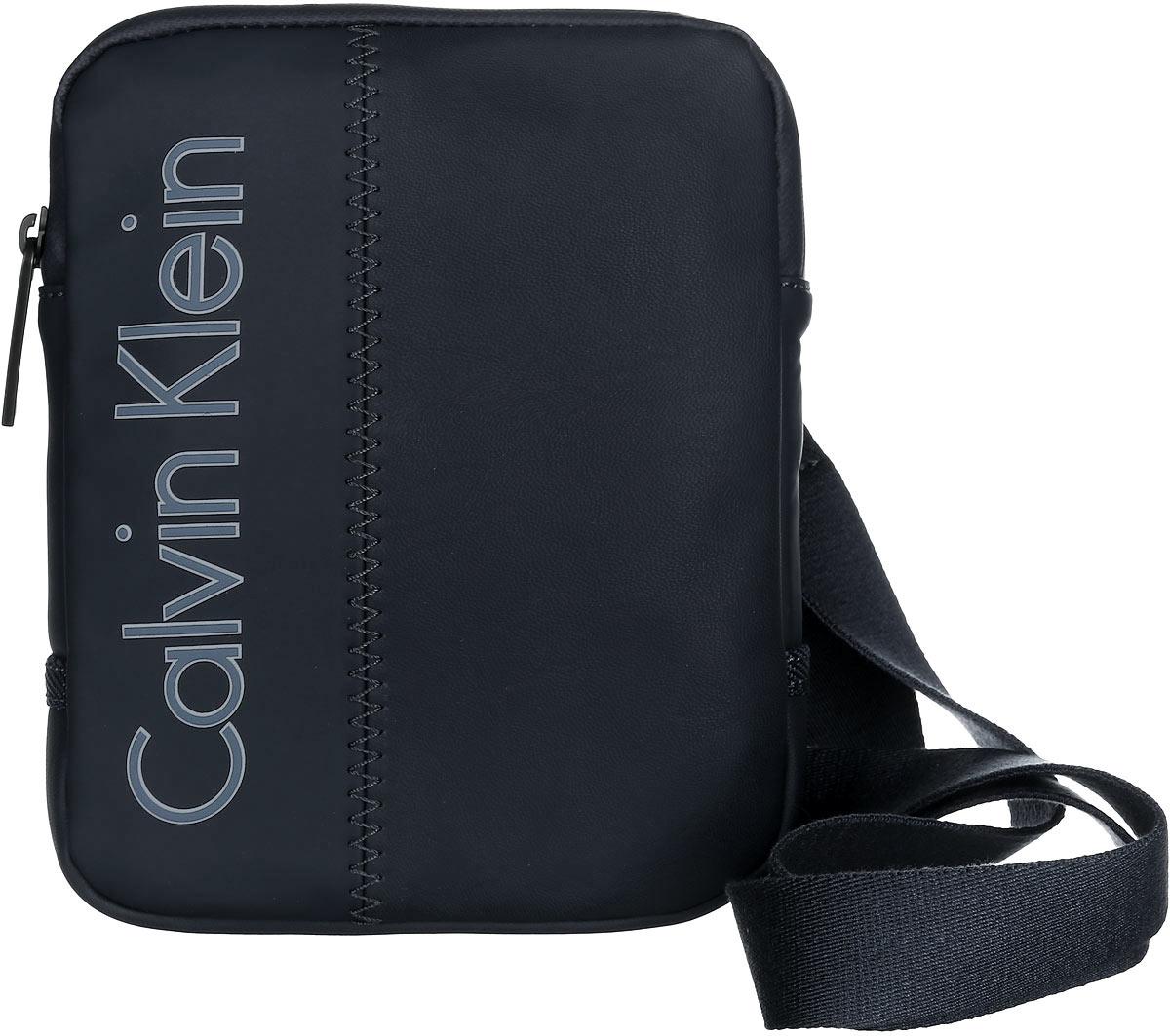 Сумка мужская Calvin Klein Jeans, цвет: черный. K50K501624_001023008Стильная сумка Calvin Klein выполнена из полиуретана, оформлена символикой бренда.Изделие содержит одно отделение, которое закрывается на застежку-молнию. Внутри сумки размещен накладной кармашек для мелочей. Сумка оснащена плечевым ремнем регулируемой длины. В комплекте с изделием поставляется чехол для хранения.Модная сумка идеально подчеркнет ваш неповторимый стиль.