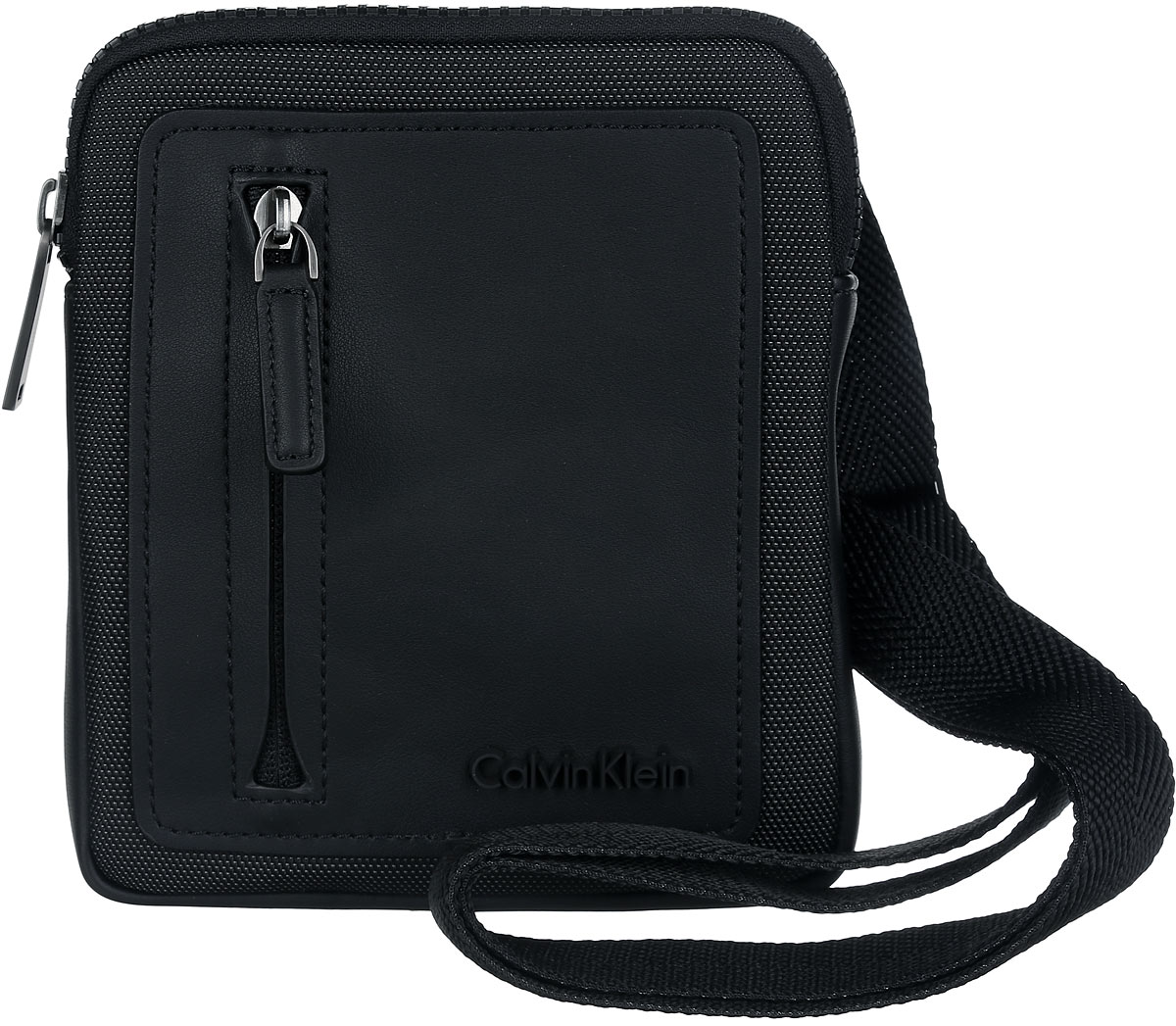 Сумка мужская Calvin Klein Jeans, цвет: черный. K50K501607_0010R0216Т11Стильная сумка Calvin Klein выполнена из полиуретана и текстиля, оформлена символикой бренда.Изделие содержит одно отделение, которое закрывается на застежку-молнию. Внутри сумки размещены накладной кармашек для мелочей и врезной карман на застежке-молнии. Сумка оснащена плечевым ремнем регулируемой длины. Лицевая сторона дополнена накладным карманом на молнии. В комплекте с изделием поставляется чехол для хранения.Модная сумка идеально подчеркнет ваш неповторимый стиль.