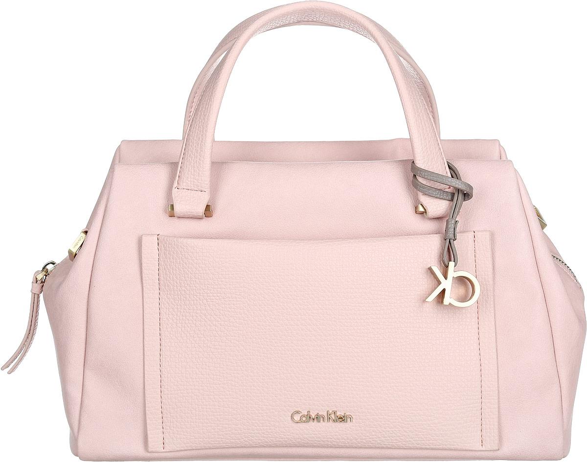 Сумка женская Calvin Klein Jeans, цвет: светло-розовый. K60K601639_634020416Стильная сумка Calvin Klein выполнена из искусственной кожи с зернистой фактурой, оформлена металлической фурнитурой и декоративной подвеской с символикой бренда.Изделие содержит одно отделение, которое закрывается застежку-молнию. Внутри сумки размещены два накладных кармашка для мелочей и врезной карман на застежке-молнии. На лицевой стороне расположен накладной кармашек на застежке-молнии. Сумка оснащена съемным плечевым ремнем регулируемой длины и двумя удобными ручками. В комплекте с изделием поставляется чехол для хранения.Модная сумка идеально подчеркнет ваш неповторимый стиль.