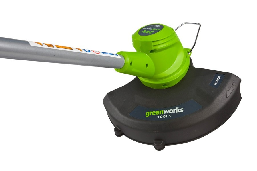 Триммер аккумуляторный Greenworks G24LT30 Basic, 24 В, 30 см (без АКБ и ЗУ)80663Триммер аккумуляторный Greenworks G24LT30 Basic - это незаменимый помощник для ухода за дачным участком. С его помощью можно подстричь газон, срезать траву в труднодоступных местах, а также при помощи поворотной режущей части подрезать кромки газона, траву вдоль дорожек или выполнить разметку клумбы. Триммер комфортен и прост в использовании. Дополнительная D-образная ручка, а также малый вес и антивибрационная система позволяют работать не уставая. Благодаря питанию от 24V аккумулятора триммер обеспечивает долгую автономную работу. Данный аккумулятор совместим с другими устройствами из линейки G-24. Для безопасной работы триммер оснащен системой защиты от случайного включения. Преимущества модели: - Работа от 24V аккумулятора, совместимого с другими устройствами из линейки G-24. - Не требует времени для подготовки к работе, включение нажатием одной кнопки. - 2-позиционный регулируемый поворот режущей части. - Компактный размер и малый вес. - Дополнительная D-образная ручка для удобства работы. - Автоматическая подача лески. - Система защиты от случайного включения. - Время автономной работы до 40 минут (от 2 А.ч аккумулятора). Технические характеристики: Двигатель: щеточный. Номинальное напряжение: 24 В. Скорость вращения вала, без нагрузки: 9000 об/мин. Диаметр лески: 1,65 мм. Ширина скашивания: 25-30 см (регулируемая). Уровень шума: 96 децибел. Вес: 3,4 кг. Угол вращения основания: 45°. Работает с аккумуляторами Greenworks G24 (арт. 2902707, 2902807) и зарядным устройством G24С (арт. 2903607).В комплекте нет аккумуляторной батареи и зарядного устройства.