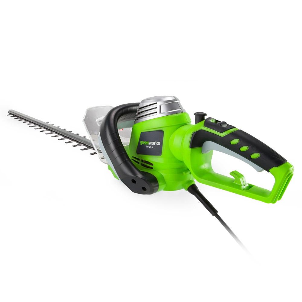 Кусторез электрический Greenworks GHT7068, 700 Вт, 68 см80653Кусторез электрический Greenworks GHT7068 - это надежный инструмент для ухода за живыми изгородями, садовыми деревьями и кустами. Малый вес и удобная прорезиненная ручка позволяют удобно и легко работать без усталости. Для безопасной работы устройство оснащено предохранителем от случайного включения и щитком для защиты рук. Преимущества модели: - Работа от сети 220 В. - Не требует времени для подготовки к работе, включение нажатием одной кнопки. - Двусторонняя режущая часть (68 см). - Прорезиненная ручка. - Малый вес. - Предохранитель от случайного включения и щиток для защиты рук. Технические характеристики: Двигатель: щеточный. Мощность: 700 Вт. Длина полотна: 68 см. Скорость, без нагрузки: 3200 об/мин. Ширина среза: 3,2 см. Вес: 3,5 кг. Угол вращения рукояти: 180°. Остановка лезвий: менее 1 секунды.