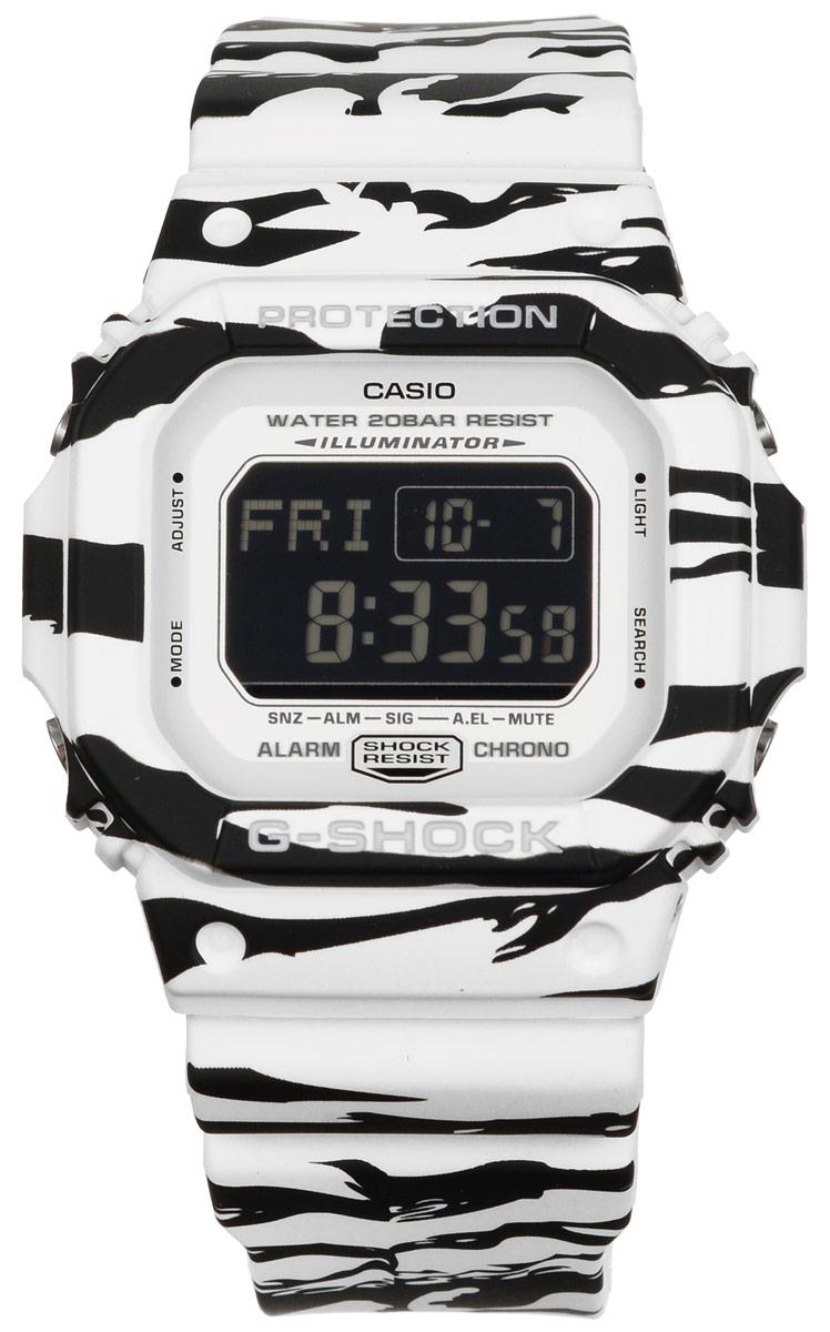 Часы наручные Casio G-Shock, цвет: черный, белый. DW-5600WB-7EBM8434-58AEМногофункциональные часы Casio G-Shock, выполнены из минерального стекла и полимерного материала. Часы оформлены символикой бренда и анималистическим принтом.Электронные часы имеют степень влагозащиты равную 20 BAR.Браслет часов оснащен застежкой-пряжкой, которая позволит с легкостью снимать и надевать изделие. Корпус часов оснащен электролюминесцентной подсветкой.Дополнительные функции: таймер, будильник, секундомер, функция мирового времени, автоматический календарь.Часы поставляются в фирменной упаковке.Многофункциональные часы Casio G-Shock станут незаменимым аксессуаром для активного человека.