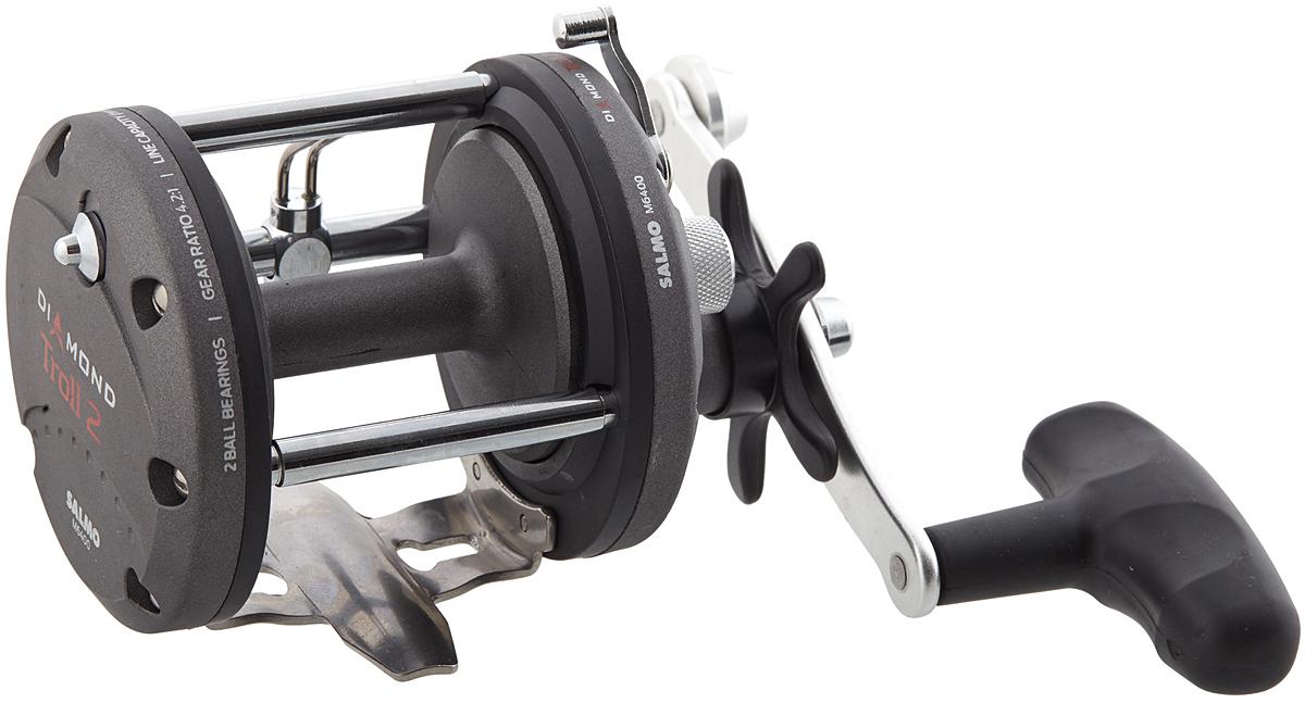 Катушка мультипликаторная Salmo Diamond TROLL 2 M6400, цвет: серый95936-911Мощная качественная мультипликаторная катушка предназначена для троллинга, ловли в заброс и в отвес крупными приманками, а также на донные снасти. Для заброса шпуля отключается переключением рычага. Силовой механизм автоматически включается поворотом рукоятки катушки. Во избежание образования бороды при забросе, в катушке есть механический тормоз. Все усиленные подшипники катушки изготовлены из нержавеющей стали. Катушка имеет механизм равномерной укладки лески на карбопластовую шпулю проволочным лесоукладывателем. При выполнении заброса, лесоукладыватель не отключается и следует за леской, что не снижает дальность заброса. Обратный ход шпули ограничивается надежным храповым механизмом. - 2 подшипника шариковых усиленных из нержавеющей стали - Трещотка механическая включаемая - Фрикционный тормоз STAR DRAG - Корпус карбопластовый - Шпуля пластиковая (графитовая) - Лесоукладователь с бесконечным винтом - Рукоятка: - сбалансированная - Ручка эргономичная из резины
