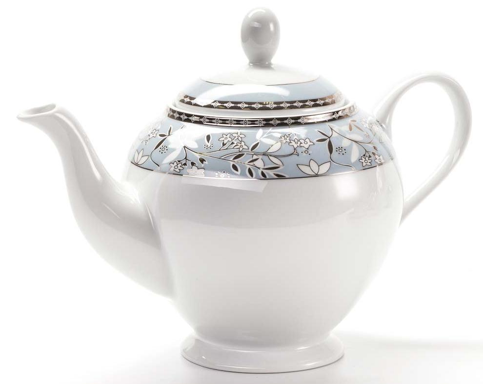 Чайник заварочный La Rose des Sables Classe, 1,2 л54 009312Заварочный чайник La Rose des Sables Classe выполнен из высококачественного тунисского фарфора, изготовленного из уникальной белой глины. На всех изделиях La Rose des Sables можно увидеть маркировку Pate de Limoges. Это означает, что сырье для изготовления фарфора добывают во французской провинции Лимож, и качество соответствует высоким европейским стандартам. Все производство расположено в Тунисе. Особые свойства этой глины, открытые еще в 18 веке, позволяют создать удивительно тонкую, легкую и при этом прочную посуду. Благодаря двойному термическому обжигу фарфор обладает высокой ударопрочностью, стойкостью к сколам и трещинам, жаропрочностью и великолепным блеском глазури. Коллекция CLASSE - это изысканная классика, дополненная нежным и утонченным декором. Изящный цветочный рисунок с позолоченной отделкой на голубом орнаменте выглядит необычайно привлекательно. Прекрасный вариант для праздничной и особенной сервировки стола. Не рекомендуется использовать в СВЧ печи и мыть в посудомоечной машине.