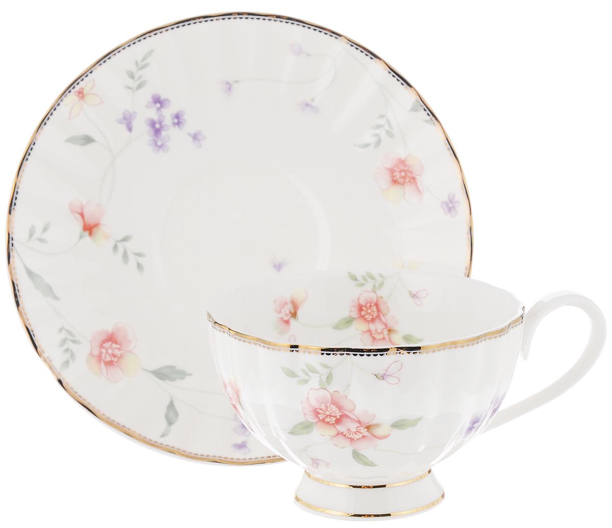 Чайная пара Флер, 2 предмета115510Чайный набор Флер, выполненный из высококачественного костяного фарфора, состоит из чашки и блюдца. Изделия выполнены в цветочном дизайне и декорированы золотистым ободком. Чайная пара - идеальный подарок для вашего дома и для ваших друзей в праздники, юбилеи и торжества. Она также станет отличным украшением любой кухни. Набор упакован в подарочную коробку. Объем чашки: 210 мл Диаметр чашки по верхнему краю: 9,7 см Высота чашки: 6 смДиаметр блюдца: 15,5 см Высота блюдца: 2 см.