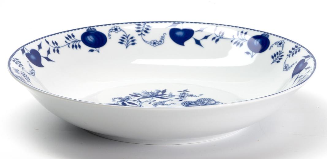 Блюдо глубокое La Rose des Sables Ognion Bleu, диаметр 29 смVT-1520(SR)Глубокое блюдо La Rose des Sables Ognion Bleu выполнено из высококачественного тунисского фарфора, изготовленного из уникальной белой глины. На всех изделиях La Rose des Sables можно увидеть маркировку Pate de Limoges. Это означает, что сырье для изготовления фарфора добывают во французской провинции Лимож, и качество соответствует высоким европейским стандартам. Все производство расположено в Тунисе. Особые свойства этой глины, открытые еще в 18 веке, позволяют создать удивительно тонкую, легкую и при этом прочную посуду. Благодаря двойному термическому обжигу фарфор обладает высокой ударопрочностью, жаропрочностью и великолепным блеском глазури. Коллекция Ognion Bleu (Синий лук) - это мотивы природы, растительный орнамент в ярких синих тонах! Прекрасный вариант посуды на каждый день. Коллекция отлично смотрится в любом интерьере. Можно использовать в СВЧ печи и мыть в посудомоечной машине.