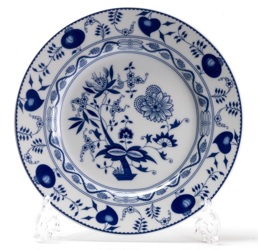 Блюдо La Rose des Sables Ognion Bleu, диаметр 32 см115510Блюдо La Rose des Sables Ognion Bleu выполнено из высококачественного тунисского фарфора, изготовленного из уникальной белой глины. На всех изделиях La Rose des Sables можно увидеть маркировку Pate de Limoges. Это означает, что сырье для изготовления фарфора добывают во французской провинции Лимож, и качество соответствует высоким европейским стандартам. Все производство расположено в Тунисе. Особые свойства этой глины, открытые еще в 18 веке, позволяют создать удивительно тонкую, легкую и при этом прочную посуду. Благодаря двойному термическому обжигу фарфор обладает высокой ударопрочностью, жаропрочностью и великолепным блеском глазури. Специальный размер блюда идеален для сервировки канапе и тарталеток. Коллекция Ognion Bleu (Синий лук) - это мотивы природы и изящный растительный орнамент в ярких синих тонах. Прекрасный вариант посуды на каждый день. Коллекция отлично смотрится в любом интерьере. Можно использовать в СВЧ печи и мыть в посудомоечной машине.