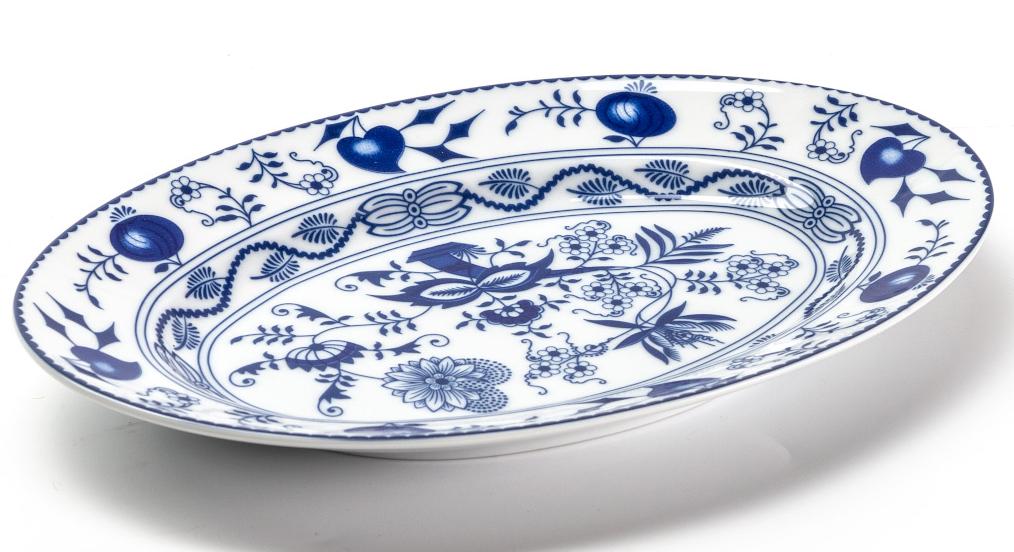 Блюдо La Rose Des Sables Ognion Bleu, 23 см115510Овальное блюдо La Rose des Sables Ognion Bleu выполнено из высококачественного тунисского фарфора, изготовленного из уникальной белой глины. На всех изделиях La Rose des Sables можно увидеть маркировку Pate de Limoges. Это означает, что сырье для изготовления фарфора добывают во французской провинции Лимож, и качество соответствует высоким европейским стандартам. Все производство расположено в Тунисе. Особые свойства этой глины, открытые еще в 18 веке, позволяют создать удивительно тонкую, легкую и при этом прочную посуду. Благодаря двойному термическому обжигу фарфор обладает высокой ударопрочностью, жаропрочностью и великолепным блеском глазури. Коллекция Ognion Bleu (Синий лук) - это мотивы природы, растительный орнамент в ярких синих тонах! Прекрасный вариант посуды на каждый день. Коллекция отлично смотрится в любом интерьере. Можно использовать в СВЧ печи и мыть в посудомоечной машине.