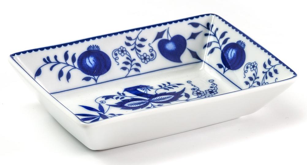 Блюдо La Rose des Sables Ognion Bleu, прямоугольное, 9 х 13 х 3 смVT-1520(SR)Блюдо La Rose des Sables Ognion Bleu, изготовленное из высококачественного фарфора, имеет классическую форму. Оно прекрасно впишется в интерьер вашей кухни и станет достойным дополнением к кухонному инвентарю. Блюдо La Rose des Sables Ognion Bleu подчеркнет прекрасный вкус хозяйки и станет отличным подарком.