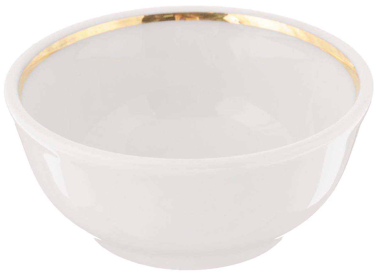 Солонка Романс, диаметр 7 см. 6С0575VT-1520(SR)Солонка Романс выполнена из фарфора, покрытого слоем глазури, и украшена золотистой эмалью по внутреннему краю. Изделие отлично подходит для хранения соли и других специй. Лаконичный дизайн и удобная форма делают изделие практичным и функциональным. Солонка идеальна для сервировки кухонного стола. Диаметр: 7 см. Высота стенки: 3 см.