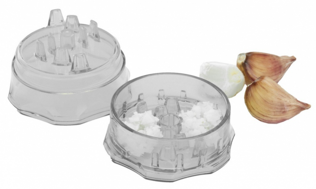 Прибор для измельчения чеснока Bradex Экман115510Прибор для измельчения чеснока специально предназначен для быстрой и легкой очистки и нарезки любого количества чеснока практически не прикасаясь к нему руками. Помимо чеснока, Экман отлично измельчает имбирь, лук-шалот, перец чили, оливки, травы, орехи, шоколад, а так же другие продукты. Прибор компактный.Не требует подзарядки от электричества или батареек.Не требует особого ухода.Прибор можно мыть вручную под горячей проточной водой или в посудомоечной машине.Размер – 7,2х4,8 см.Комплектация:Прибор для измельчения чеснока, который состоит из контейнера и крышки с зубчиками. Инструкция по эксплуатации.