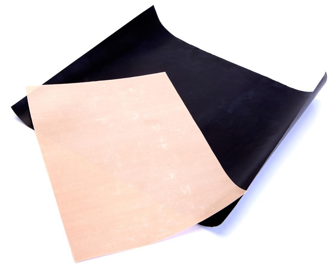 Набор антипригарных ковриков для гриля и духовки Bradex40970Набор антипригарных ковриков Bradex - это 2 многофункциональных коврика разных размеров с антипригарным покрытием, способствующие идеальному пропеканию блюд в духовке и на гриле. Еда не пригорает, не липнет и не требует использования растительного масла, а противень, решетки гриля и духовки остаются чистыми, как до готовки. Коврики не впитывают запахи, их легко мыть и удобно хранить.В комплекте 2 коврика: черный для приготовления блюд на гриле, бежевый - в духовке.Размер черного коврика: 40 х 33 см, толщина 0,2 мм.Размер бежевого коврика 34 х 23,5 см, толщина 0,12 мм.