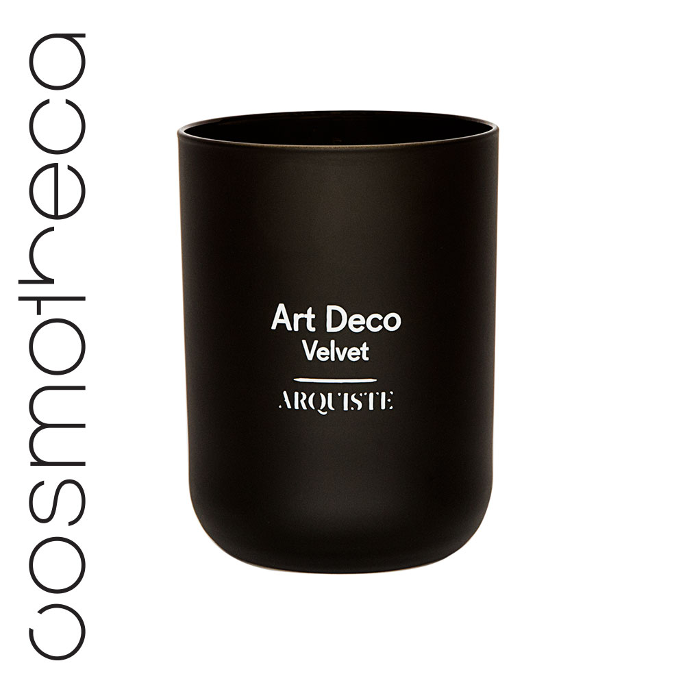 Arquiste Свеча ароматизированная Art Deco Velvet 251 г38844Утонченный аромат свечи переносит вас в клуб архитекторов – элегантную курительную комнату в лондонском районе Мейфер, декорированную в стиле ардеко 30-х годов. Тонкий аромат мартини и джина, перемешанный с легким запахом ванили и табачным дымом, воссоздают уютную атмосферу бара Fumoir в лондонском отеле Claridge's. Парфюмеры Николь Манчини и Ян Ванье смешали масло можжевеловых ягод с нотами табака в сердце композиции, дополненными абсолютом ванили и деревом дуба. Завершающий аккорд насыщенной абмры оставляет легкий теплый шлейф.
