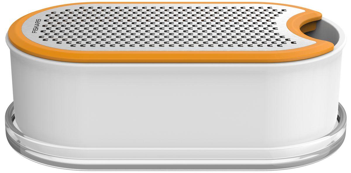 Терка Fiskars Functional Form, с контейнером. 1019530115510Терка Fiskars Functional Form идеально подходит для измельчения сыра и овощей. Двусторонняя терка обеспечивает мелкое измельчение с одной стороны лезвия и более крупное с другой, нет необходимости замены лезвия, что определяет ее функциональные и эргономические качества. Лезвие выполнено из высококачественной стали. Контейнер изготовлен из твердого пластикового материала, служит как емкостью в процессе измельчения, так и емкостью для хранения. Удобен при захвате, не скользит в руке. Крышка плотно прилегает при закрытии, ограничивает проникновение воздуха в емкость.