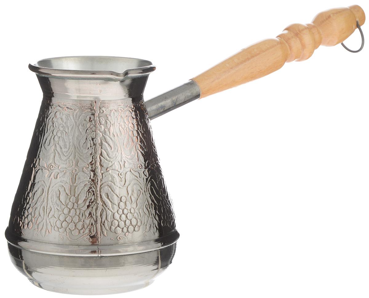 Турка Станица Медная, 500 млКО-2605ПТурка Станица Медная прекрасно подходит для приготовления настоящего кофе на плите. Она изготовлена из меди. Внешняя поверхность имеет декоративное тиснение, что придает изделию оригинальный внешний вид. Изделие оснащено небольшим носиком и удобной деревянной ручкой с петелькой для подвешивания. Надежное крепление ручки гарантирует безопасное использование. Такая турка будет красивым дополнением в вашем уютном доме. Подходит для газовых и электрических плит. Не подходит для индукционных. Диаметр (по верхнему краю): 6,5 см. Высота стенки: 11,5 см. Длина ручки: 17,5 см.Уважаемые клиенты! Обращаем ваше внимание на возможные изменения в дизайне декоративного тиснения товара. Поставка осуществляется в зависимости от наличия на складе.