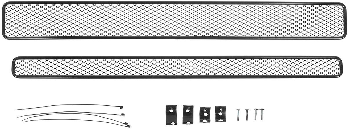 Сетка для защиты радиатора Novline-Autofamily, для Suzuki Vitara (2015->), с декоративной накладкой на передний бампер, 2 предмета01-250310-15BСетка для защиты радиатора Novline-Autofamily изготовлена из антикоррозионного материала, что гарантирует отсутствие ржавчины в процессе эксплуатации. Изделие устанавливается на штатную решетку переднего бампера автомобиля, защищая таким образом радиатор от попадания камней, крупных насекомых, мелких птиц. Простая установка делает это изделие необыкновенно удобным. В отличие от универсальных сеток, для установки которых требуется снятие бампера, то есть наличие специализированных навыков и дополнительного оборудования (подъемник и так далее), для установки этой сетки понадобится 20 минут времени и отвертка. Данный продукт разработан индивидуально под каждый бампер автомобиля. Внешняя защитная сетка радиатора полностью повторяет геометрию решетки бампера и гармонично вписывается в общий стиль автомобиля.