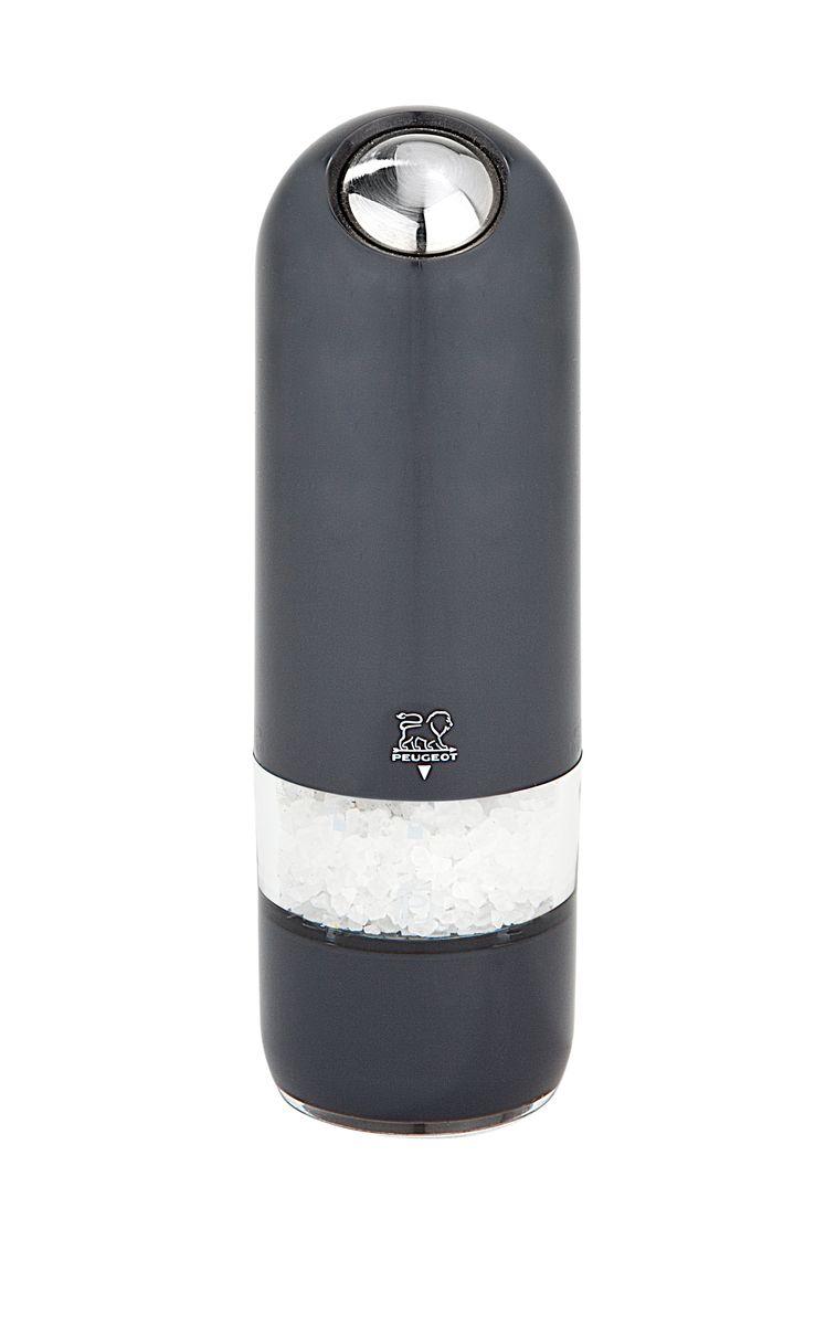 Мельница для соли Peugeot Alaska Quartz, электрическая, цвет: черный, высота: 17 смVT-1520(SR)Мельницы этой коллекции обладают одновременно современным и винтажным дизайном. Она выделяется внешним обликом из ряда электрических мельниц гармоничным сочетанием пластмассы и металла. Эргономичная форма будет радовать поваров, которые могут пользоваться ей, держа в одной руке во время приготовления пищи другой. Свет в основании мельницы помогает увидеть, сколько соли или перца вы добавляете . Прозрачные стенки позволяют контролировать количество специй внутри. Кварц