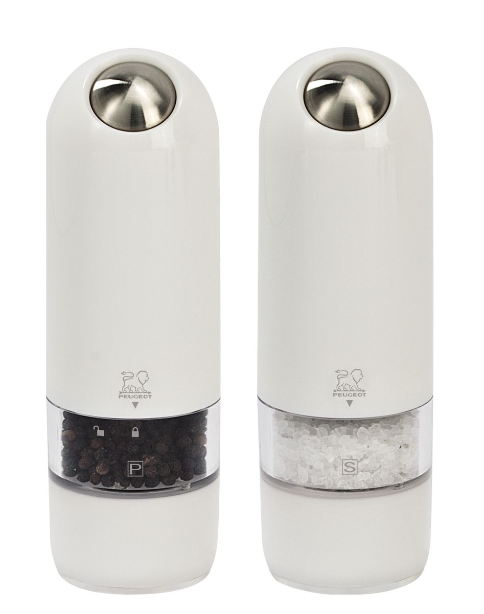 Набор электрических мельниц для соли и перца Peugeot Alaska Duo, цвет: белый, высота 17 см, 2 шт19793Мельницы для соли и перца Peugeot Alaska обладают одновременно современным и винтажным дизайном. Они выделяются внешним обликом из ряда электрических мельниц гармоничным сочетанием пластмассы и металла. Эргономичная форма будет радовать поваров, которые могут пользоваться мельницей, держа ее в одной руке во время приготовления пищи. Свет в основании мельницы помогает увидеть, сколько соли или перца вы добавляете. Прозрачные стенки позволяют контролировать количество специй внутри. Серия Alaska удивительным образом сочетает в себе черты классического кухонного атрибута и элементы футуристического дизайна. Креативный дизайн будущего для вещи из прошлого - идеальный способ создать утонченную интригу в интерьере вашей кухни.