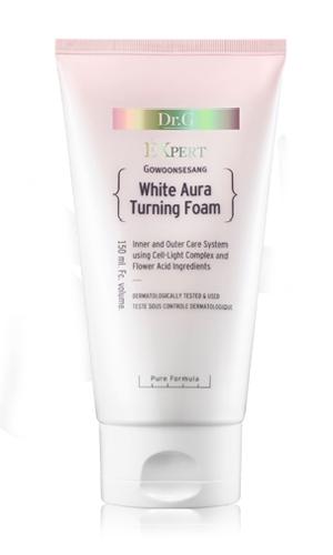 Dr. G Пенка для умывания осветляющая White Aura, 150 млFS-36054Средство эффективно отбеливает пигментные пятна и точки различного происхождения, контролирует выработку меланина. Обеспечивает мгновенный эффект осветления и сияния кожи изнутри. Сбалансированный состав ингредиентов питает, смягчает и восстанавливает гидролипидный баланс кожи. Надолго удерживая влагу внутри клеток, крем обеспечивает упругость и гладкость коже лица. Пенка деликатно удаляет стойкий макияж и загрязнения. Средство содержит экстракт коры белой ивы, гиалуроновую кислоту, комплекс экстрактов красных ягод, кокосовое масло и экстракт ананаса, который содержит азотистые вещества, витамин С, органические кислоты, благодаря которым оказывает противовоспалительное и противоотечное действие. Гиалуроновая кислота является главным регулятором воды в межклеточном пространстве, а также стимулирует производство коллагена и эластина. Масло кокоса образует невидимый защитный барьер на поверхности кожи и поддерживает гидролипидный баланс на оптимальном уровне.Для всех типов кожи