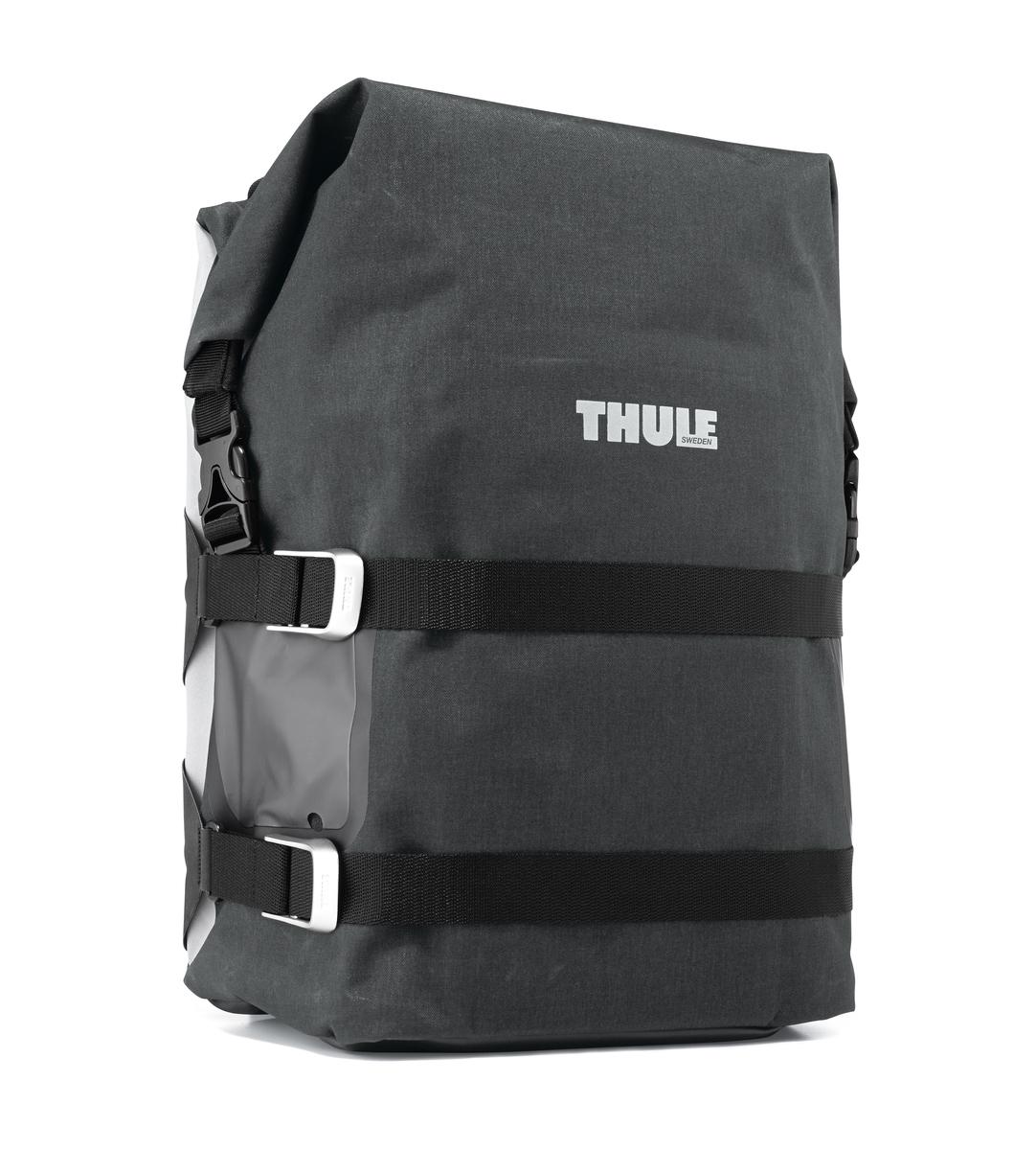 Сумка велосипедная Thule Large Adventure Touring Pannier, цвет: черныйZ90 blackЛегкая, прочная и водонепроницаемая велосипедная сумка идеально подходит для установки сзади. Система крепления позволяет использовать сумку как на велосипеде, так и переносить ее отдельно.Thule Pack n Pedal черная ZinniaКрепления-невидимки легко отщелкиваются при переноске без велосипеда для максимального удобства переноски.Система крепления проста в использовании, безопасна и имеет малый уровень вибрации.Внешние прозрачные кармашки обеспечивают использование аварийного фонаря и хранение его в одном удобном месте.Водонепроницаемая сворачивающаяся/разворачивающаяся верхняя часть помогает сохранить вещи сухими.Светоотражающие полоски повышают заметность на дороге.Стягивающий ремень надежно сохраняет содержимое.Встроенные ручки и отстегиваемый ремень для ношения через плечо обеспечивают несколько вариантов переноски.Устанавливается с любой стороны велосипеда.Лучше всего подходит для багажников Thule, но может использоваться практически с любым велосипедным багажником.