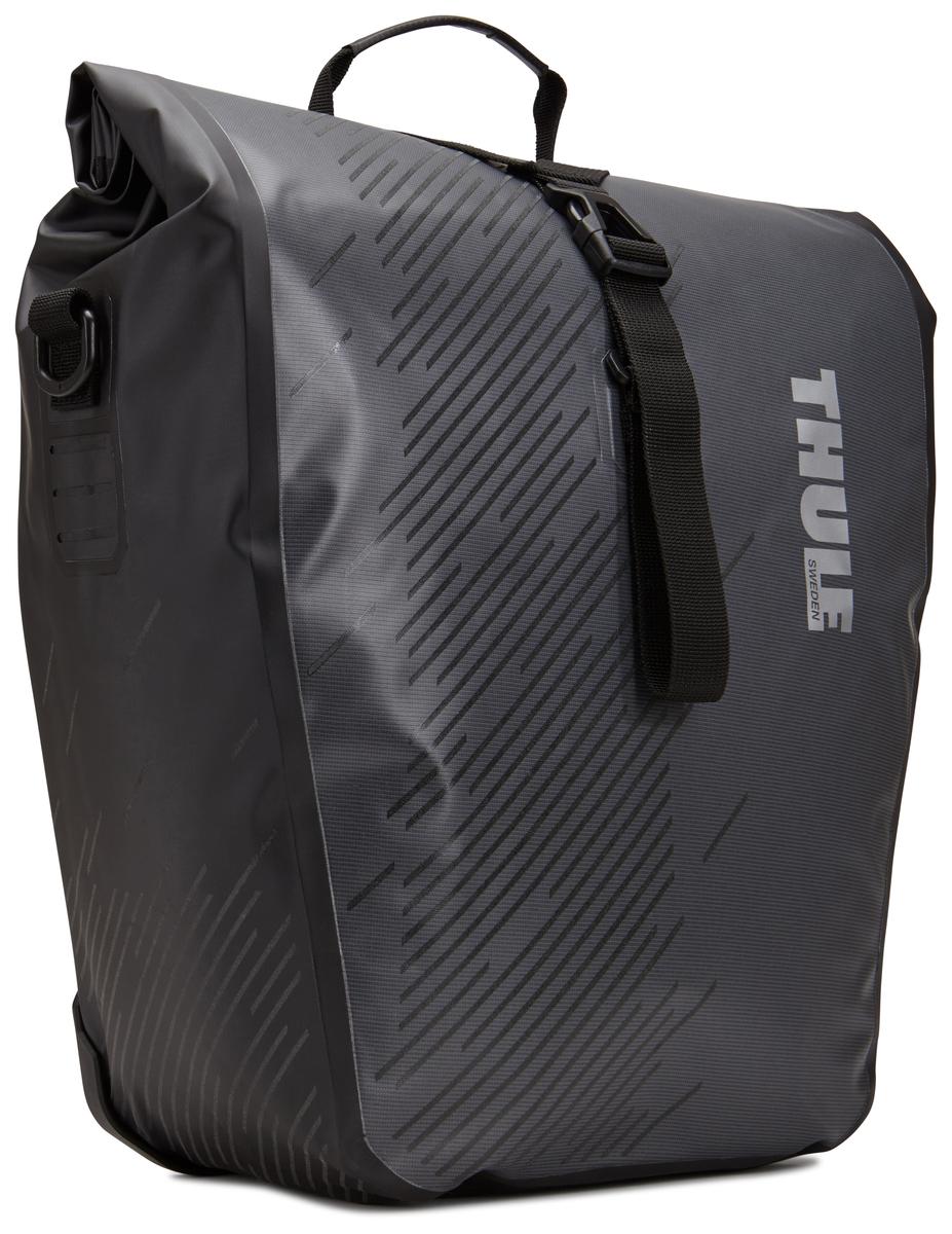 Набор велосипедных сумок Thule Pack`n Pedal Shield Pannier, цвет: темно-серый, 2 шт, 24 л. Размер LZ90 blackЭти многофункциональные водонепроницаемые сумки обеспечивают безопасность и защиту благодаря ярким светоотражающим элементам и сворачивающейся верхней части.Единая конструкция со сворачивающейся верхней частью гарантирует, что вещи внутри останутся сухими и чистыми.Система крепления на магнитах проста в использовании, надежна и имеет малый уровень вибрации.Яркие светоотражающие элементы на передней и боковой панелях улучшают заметность на дороге.Удобные точки крепления для фонарей обеспечивают дополнительную безопасность.Внутренние карманы для хранения мелких вещей.Встроенные ручки и отстегиваемый ремень для ношения через плечо обеспечивают несколько вариантов переноски.Лучше всего подходит для багажников Thule, но может использоваться практически с любым велосипедным багажником.Продаются парами.