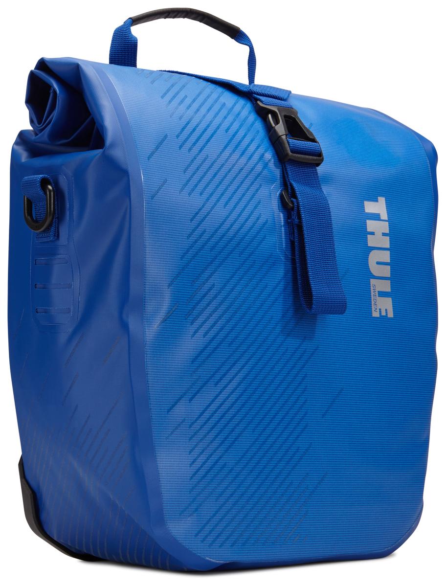 Набор велосипедных сумок Thule Shield, цвет: синий, 28 л, 2 шт100066Многофункциональные водонепроницаемые сумки Thule Shield обеспечивают безопасность и защиту благодаря ярким светоотражающим элементам. Единая конструкция со сворачивающейся верхней частью гарантирует, что вещи внутри останутся сухими и чистыми.Система крепления на магнитах проста в использовании, надежна и имеет малый уровень вибрации.Яркие светоотражающие элементы на передней и боковой панелях улучшают заметность на дороге.Удобные точки крепления для фонарей обеспечивают дополнительную безопасность.Имеются внутренние сетчатые карманы для хранения мелких вещей.Встроенные ручки и отстегиваемый ремень для ношения через плечо обеспечивают несколько вариантов переноски.Лучше всего подходит для багажников Thule, но может использоваться практически с любым велосипедным багажником.В набор входят две сумки объемом 28 л.