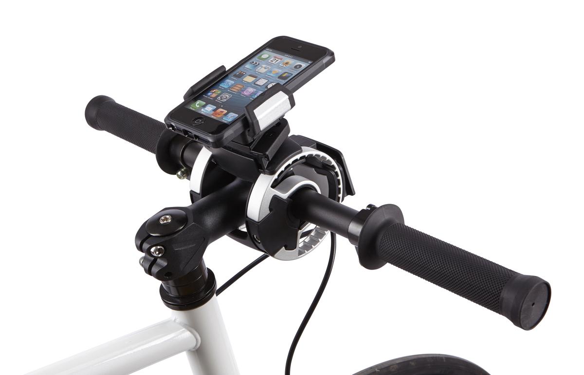 Крепление на руль Thule Smartphone attachment для смартфона, GPSZ90 blackКрепление для смартфона на руль велосипеда Thule:Боковые фиксаторы удерживают устройство на месте, обеспечивая доступ к портам и всем элементам управленияКрепление вращается на 360° для книжной или альбомной ориентацииПокрытая резиной платформа защищает от соскальзыванияСовместимо с любым смартфоном (как в чехле, так и без чехла) шириной до 90 мм/3,5 дюймаВнимание! Устанавливается на руль велосипеда при помощи держателя Thule Handlebar (приобретается отдельно)