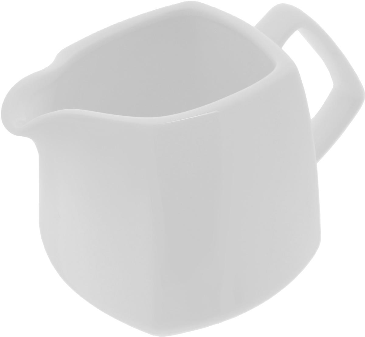 Молочник Wilmax, 310 мл115610Элегантный молочник Wilmax, выполненный из высококачественного фарфора с глазурованным покрытием, предназначен для подачи сливок, соуса и молока. Изящный, но в тоже время простой дизайн молочника, станет прекрасным украшением стола. Ширина молочника (с учетом ручки и носика): 13,5 см.Высота молочника: 8,8 см.