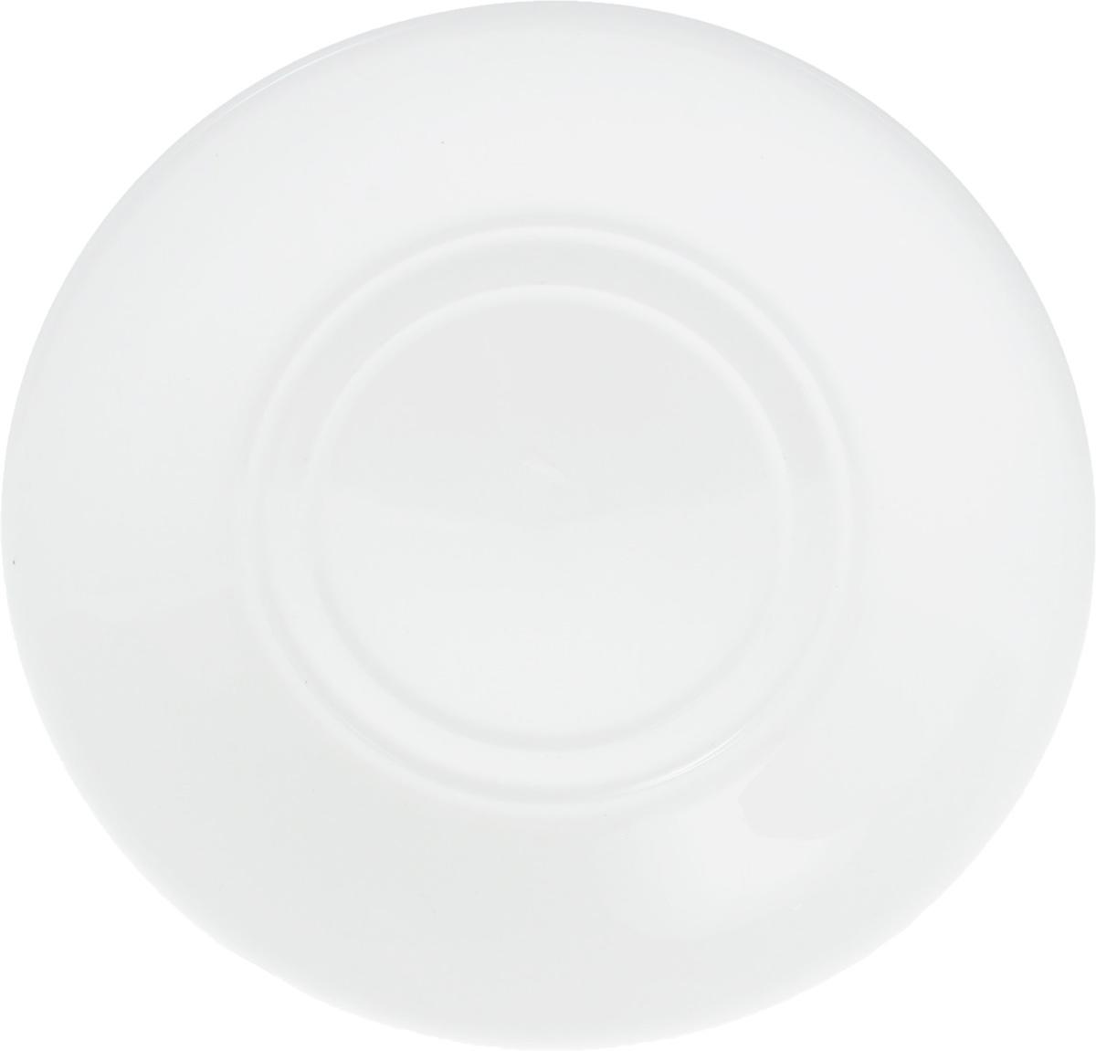 Блюдце Wilmax, диаметр 15 см115610Оригинальное блюдце Wilmax изготовлено из фарфора с глазурованным покрытием. Фарфор от Wilmax изготовлен по уникальному рецепту из сплава магния и алюминия, благодаря чему посуда обладает характерной белизной, прочностью и устойчивостью к сколами. Особый состав глазури обеспечивает гладкость и блеск поверхности изделия.Изделие сочетает в себе изысканный дизайн с максимальной функциональностью. Блюдце прекрасно впишется в интерьер вашей кухни и станет достойным дополнением к кухонному инвентарю. Можно мыть в посудомоечной машине и использовать в микроволновой печи. Изделие пригодно для использования в духовых печах и выдерживает температуру до 300°С.Диаметр: 15 см.Высота: 2 см.