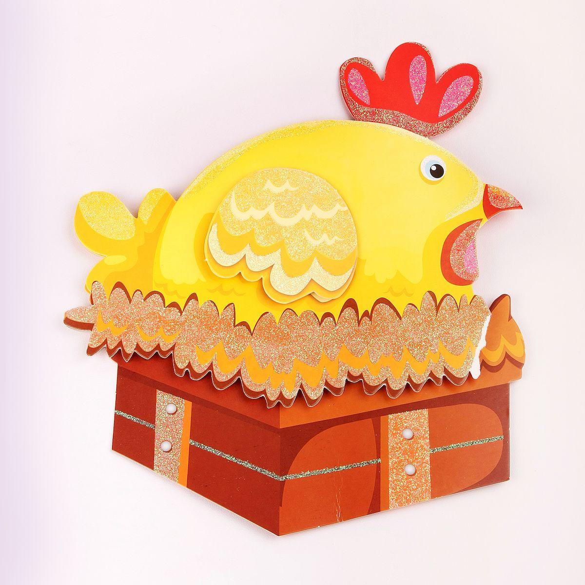 Наклейка декоративная Magic Home Курочка, 35,5 х 25 смRMK2371GMЯркая, забавная наклейка украсит не только детскую комнату, но и станет отличным дополнением к любому подарку. Наклейку можно использовать как украшение стен и, например, фасадов шкафов и различных ящиков.