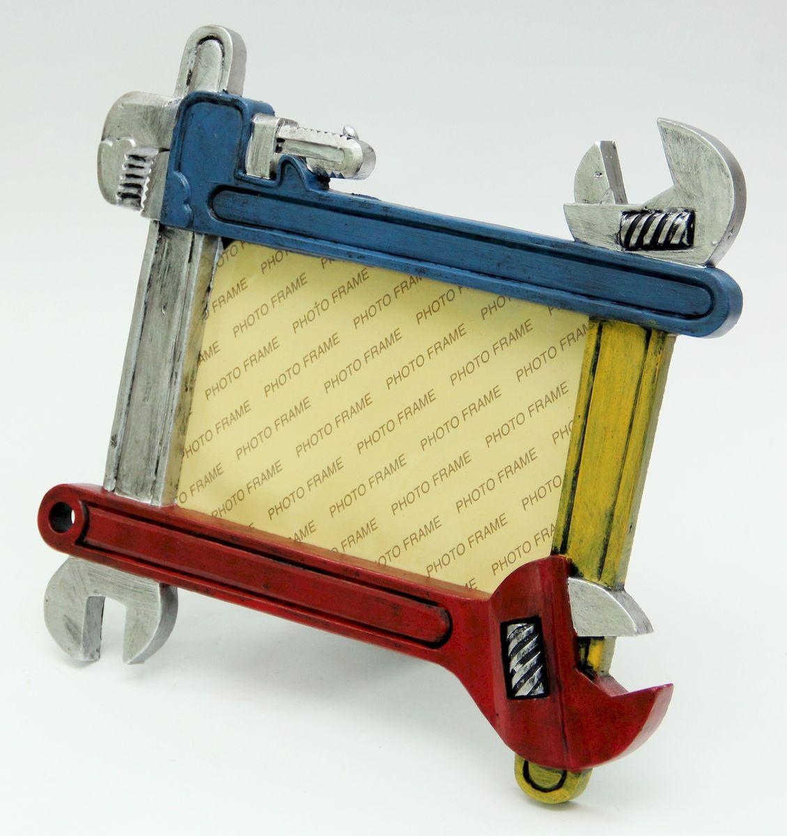 Фоторамка декоративная Magic Home Гаечные ключи. 41076RG-D31SОригинальная фоторамка непременно понравится любому мужчине. Рамку образуют декоративные гаечный, газовый и разводные ключи, изговтоленные из полирезина. Ярка фоторамка станет приятным и забавным подарком другу, коллеге и близкому человеку.