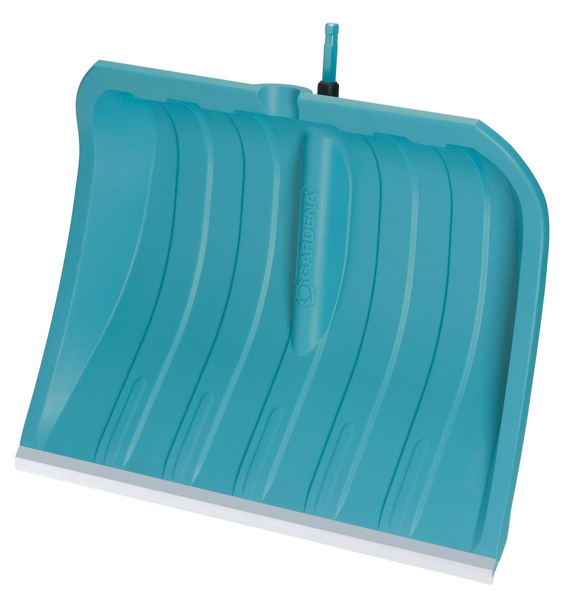Лопата для уборки снега Gardena c кромкой из нержавеющей стали, без ручки, ширина 50 см531-402Благодаря легкому и прочному пластиковому полотну шириной 50 см, лопата для уборки снега Gardena оптимально подходит для расчистки различных территорий и дорожек от снега. Широкие ребра пластикового полотна обеспечивают легкое скольжение лопаты, а гладкая структура поверхности полотна предотвращает налипание снега. Высокие боковые стенки позволяют легко удерживать снег на лопате во время переноски, при этом снег не соскальзывает сбоку. Пластиковое полотно чрезвычайно устойчиво к воздействию солей и выдерживает отрицательные температуры до - 40 °C. Благодаря кромке из нержавеющей стали, эта лопата для уборки снега идеально подходит для расчистки от снега таких поверхностей, как асфальт и бетон. Лопата для уборки подходит ко всем ручкам. Рабочая ширина лопаты - 50 см.