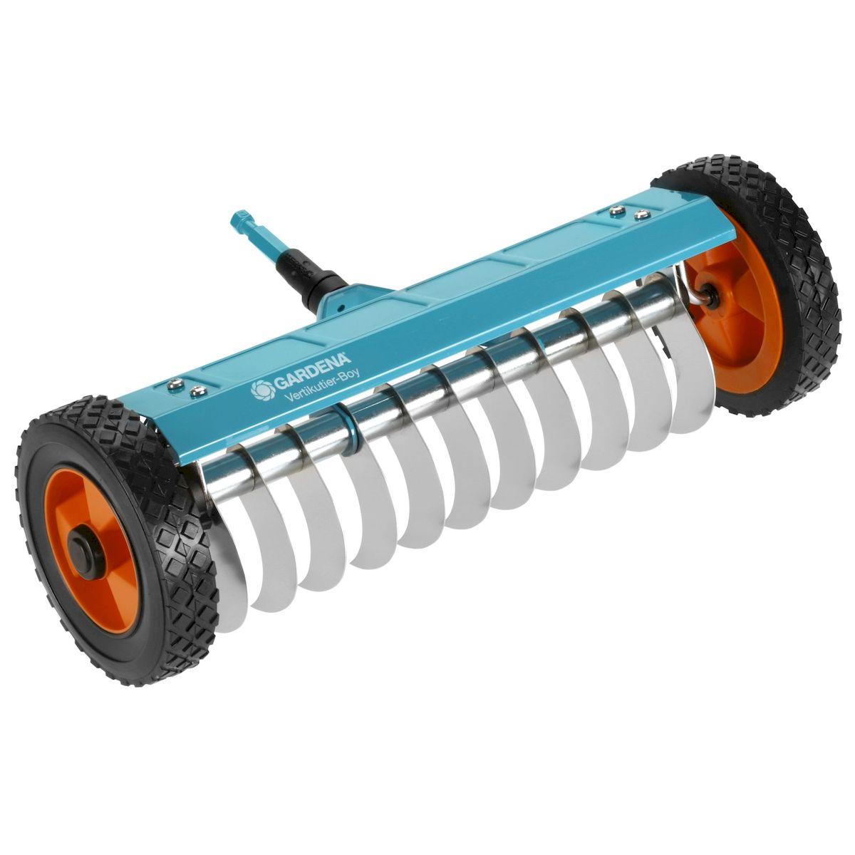 Прореживатель на колесах Gardena531-402Прореживатель на колесах Gardena позволяет удалять мох, сорняки и отмершую траву с участка, улучшая тем самым восприимчивость почвы к воздуху, воде и питательным веществам. Специальные зубья с гладким торцом из высококачественной нержавеющей пружинной стали легко проникают в почву на незначительную глубину и удаляют нежелательную отмершую траву и солому. Удобство работы прореживателем повышается за счет надежных колес, снабженных специальными протекторами, а также вспомогательной опоры. Прореживатель на колесах можно использовать с любой ручкой, однако рекомендуется использовать ручку длиной 180 см, в зависимости от роста пользователя.Рабочая ширина - 32 см.