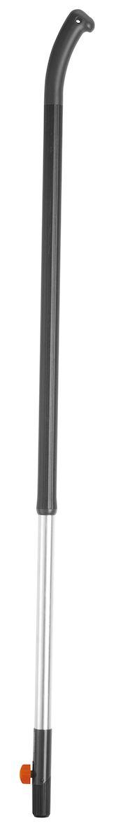 Ручка Gardena, длина 130 см2615S540JAАлюминиевая ручка Gardena используется с любым инструментом сombisystem. Приспособление применяется для увеличения длины инструмента, подходящего для таких работ как выдергивание сорняков, копание лунок, грядок и много другого. Конструкция ручки включает в себя стопорный винт, благодаря которому достигается надежная фиксация инструмента. Материал приспособления - алюминий, благодаря чему оно отличается легкостью и прочностью. Ручка с рифленым пластиковым покрытием облегчает использование во время работы и предотвращает выскальзывание.
