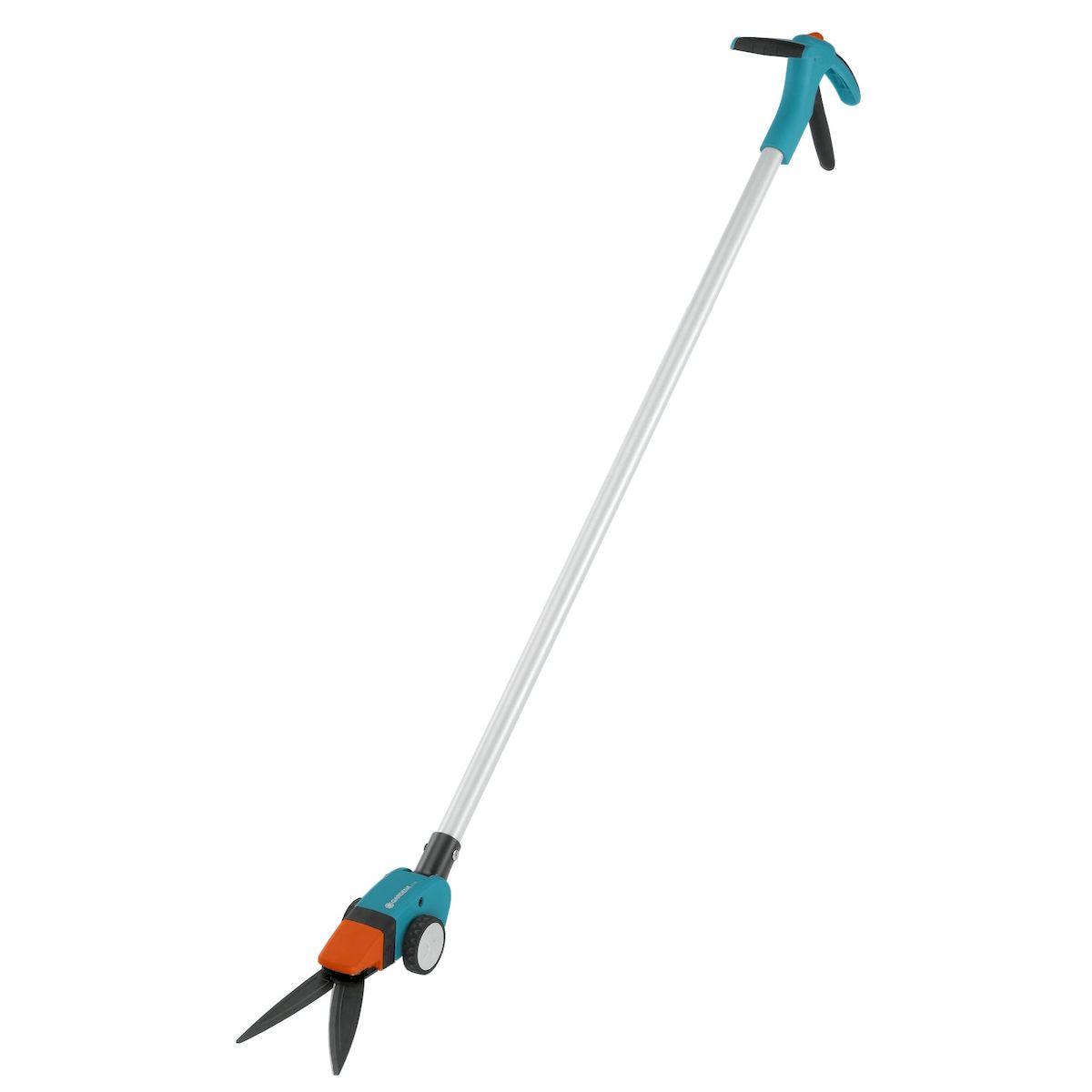 Ножницы для травы Gardena Comfort, поворотные391602Поворотные ножницы для травы Gardena Comfort с длинной рукояткой позволяют легко и точно подстригать кромки газонов из положения стоя, без нагрузки на позвоночник. Для облегчения управления и удобства ведения ножницы снабжены большими колесами. Угол наклона рукоятки регулируется, так что ее можно настроить в соответствии с ростом пользователя, обеспечив максимальную эргономичность. Удобная форма рукоятки гарантирует комфортную работу без необходимости наклоняться. Равномерность и точность стрижки достигается благодаря волнообразным лезвиям ножниц с покрытием от налипания. Лезвия поворачиваются в обе стороны до 90°, что обеспечивает свободный доступ в любую точку и маневренность. Специальная ножевая опора позволяет получить ровный и чистый срез по всей длине лезвия. Удобный фиксатор, положение которого меняется одной рукой, дает возможность легко и быстро заблокировать ножницы. Для удобства хранения имеется петля для подвешивания.