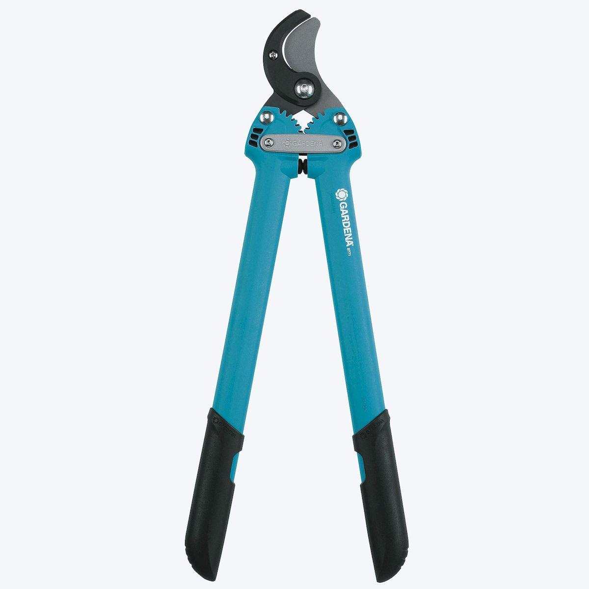 Сучкорез Gardena 500 AL ComfortBH0119-RСучкорез Gardena 500 AL Comfort представляет собой ультралегкий, простой в использовании и мощный инструмент. Он хорошо подходит для обрезки жестких сухих веток диаметром до 35 мм. Запатентованная зубчатая передача увеличивает мощность реза на 38%. Лезвие прецизионной заточки с покрытием от налипания и новая геометрия реза обеспечивают экстраординарно чистую и мягкую обрезку веток. Имеется практичная возможность замены наковаленки. Особо легкие эргономичные ручки и рукоятки из пластика делают работу удобной и неутомительной. Двойные концевые ограничители снижают нагрузку на запястья. Длина сучкореза - 50 см;Вес - 600 г.