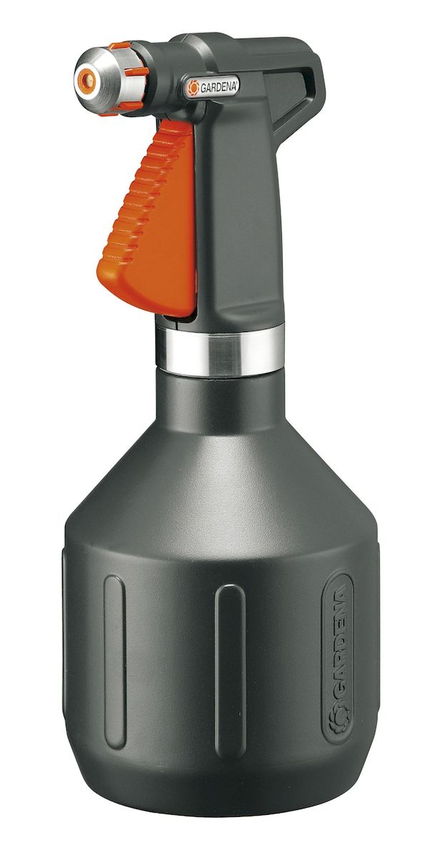 Опрыскиватель ручной Gardena Premium, 1 л00806-20.000.00Опрыскиватель ручной Gardena Premium вмещает 1 л воды и является универсальным инструментом для полива домашних растений. Опрыскиватель изготовлен из современных высококачественных материалов.Форсунка снабжена вставкой из нержавеющей стали, кольцо выполнено из нержавеющей стали. Стильный дизайн за счет корпуса темного цвета делает опрыскиватель идеальным инструментом для использования в домашних условиях. Режим мелкодисперсного орошения позволяет ухаживать за уязвимыми растениями. Ручка эргономичной формы идеально лежит в руке, а форсунка позволяет плавно регулировать режим подачи воды: от сильной струи до мелкодисперсного распыления. Кроме этого, широкое заливочное горло облегчает процесс заливки воды. Практичный фильтр на всасывающем патрубке предохраняет форсунку от засорения. Опрыскиватель снабжен индикатором уровня, который позволяет определить количество оставшейся жидкости, не открывая емкость.