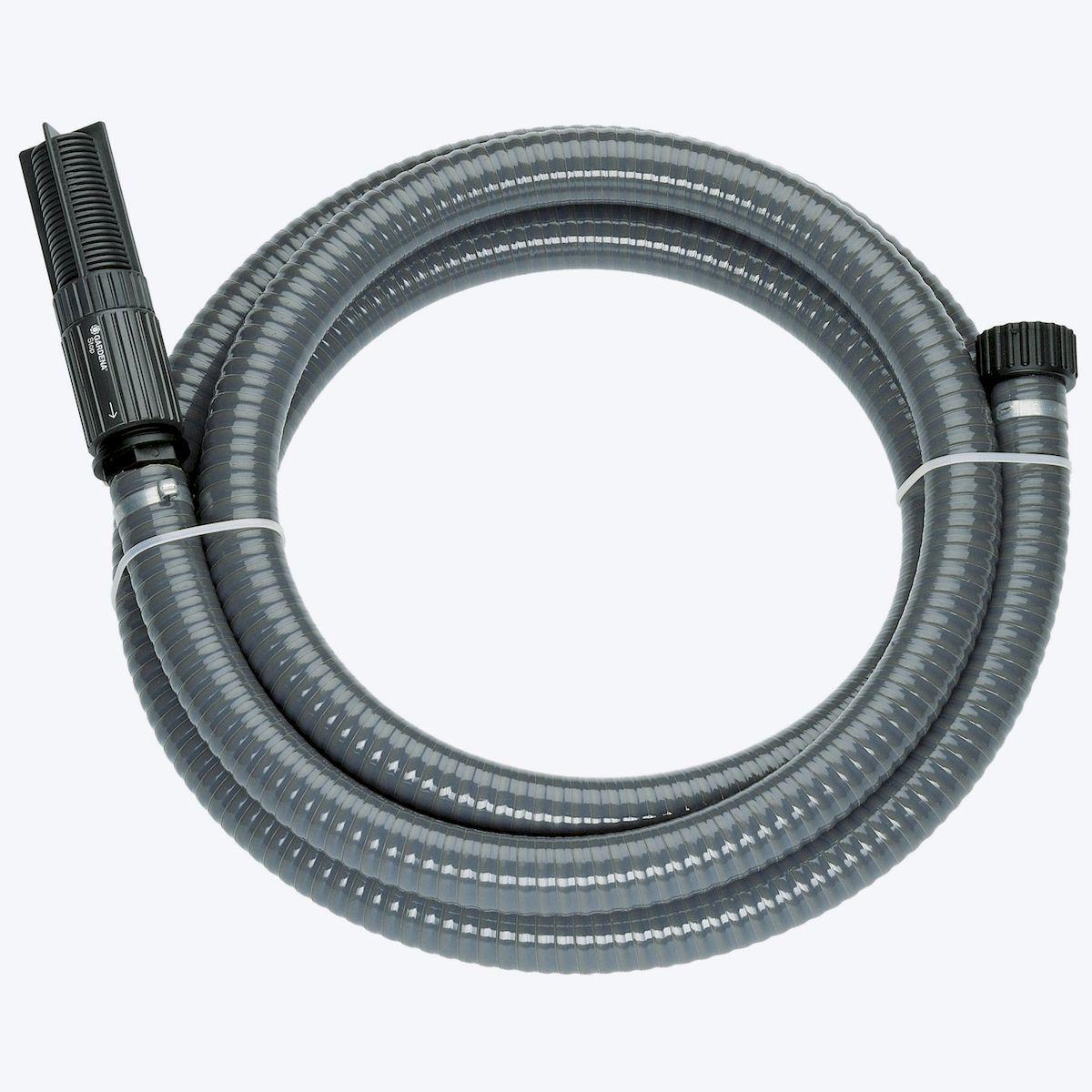 Шланг Gardena, заборный, с насосом и фильтром, диаметр 25 мм, длина 7 м787502Заборный шланг Gardena используется в комплекте с насосом. Шланг спирально-армирован, что увеличивает его прочностные характеристики. Фильтр, встроенный в шланг, защищает насос от загрязнения, что в конечном счете сказывается на сроке службы насоса. Также в конструкции заборного шланга имеется обратный клапан, благодаря которому при повторном включении время всасывания заметно сокращается. Все соединяющие элементы гарантируют герметичное соединение. Подходит для насосов с наружной резьбой 33,3 мм (G 1).Длина шланга: 7 м.Диаметр шланга: 25 мм.
