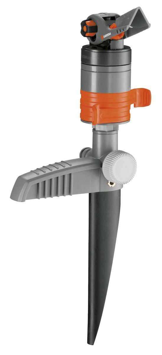 Турбодождеватель Gardena Comfort2.645-264.0Турбодождеватель Gardena Comfort обеспечивает тихий полив вашего газона. Он выполнен из прочного пластика, что делает его работу практически бесшумной. Дождеватель снабжен запатентованным турбомеханизмом с защитой от загрязнений. Он работает чрезвычайно тихо и обеспечивает равномерный полив за счет двузонного принципа действия и наличия дефлектора специальной формы. С помощью специальным образом расположенных вращающихся регуляторов можно легко и точно выбрать сектор полива в диапазоне от 20° до 360°. Такие регуляторы позволяют в любой момент времени узнать выбранный сектор. Дальность полива регулируется с помощью большого и удобного регулятора и может варьироваться от 5 до 12 метров. Возможен полив участка площадью от 75 до 450 м2. Дождеватель закреплен на пластиковом колышке для надежного размещения на газоне и удобного перемещения. Дождеватель снабжен штуцером системы Gardena и концевой заглушкой, поэтому полностью готов к эксплуатации. Быстросъемный фильтр тонкой очистки обеспечивает защиту дождевателя от загрязнений. Фильтр легко снимается и чистится. При необходимости полить участок большей площади можно просто подсоединить несколько дождевателей с помощью штуцера. Площадь полива - 75-450 м2;Радиус полива- 0-24 м.