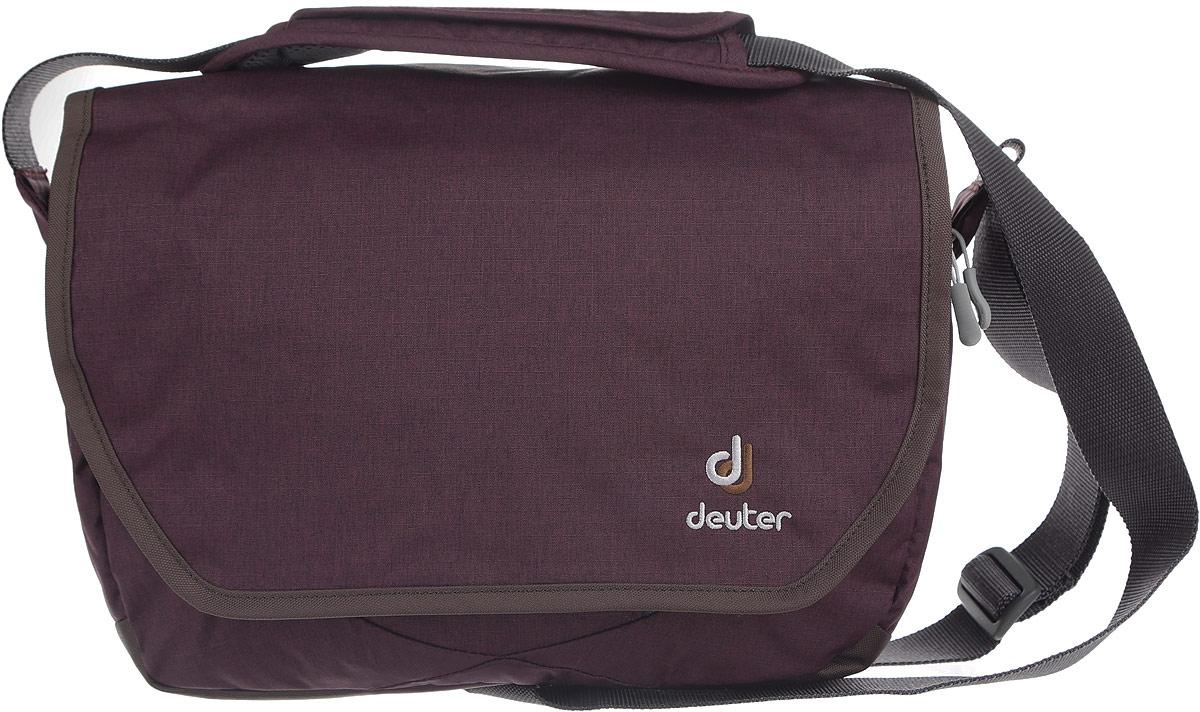 Сумка Deuter Carry out, цвет: сливовый, серый. 85013_5608MABLSEH10001Практичная дорожная сумка Deuter Carry out выполнена из плотного полиэстера и оформлена нашивкой с названием фирмы.Сумка состоит из двух вместительных отделений, каждый из которых закрывается на удобную застежку-молнию. Внутри одного отделения расположен карман, закрывающийся на молнию. Внутри второго отделения расположены три открытых кармана для мелочей. На тыльной стороне расположен широкий карман на молнии. Изделие закрывается клапаном на липучки. Под клапаном расположен удобный карман на молнии, внутри которого расположены один открытый клапан, карман для телефона на клапане с липучкой и съемный ремешок. Сумка оснащена удобным плечевым ремнем с регулирующейся длиной и подвижной накладкой для плеча. Также к сумке прилагается небольшая косметичка, закрывающаяся на молнию. Такая практичная сумка станет незаменим аксессуаром, который подчеркнет вашу индивидуальность.