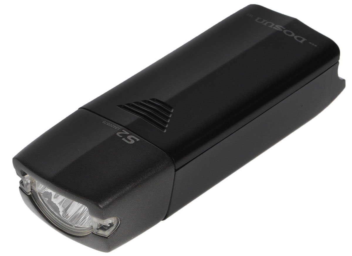 Фара велосипедная Dosun S27292Надежная и удобная в эксплуатации фара Dosun S2 предназначена для обеспечения большей безопасности при поездках в темное время суток. Работает от 2 батареек типа АА (не входят в комплект). Оснащена ярким светодиодом. Водонепроницаемый корпус выполнен из металла и пластика. Удобная конструкция фары позволяет быстро устанавливать ее на руль или снимать. Фара работает в 2 режимах: полная яркость и мигание.Время свечения на полной яркости: 5 ч.Время мигания: 15 ч.Размер фары (без учета крепления): 10,5 х 3,6 х 2,6 см.